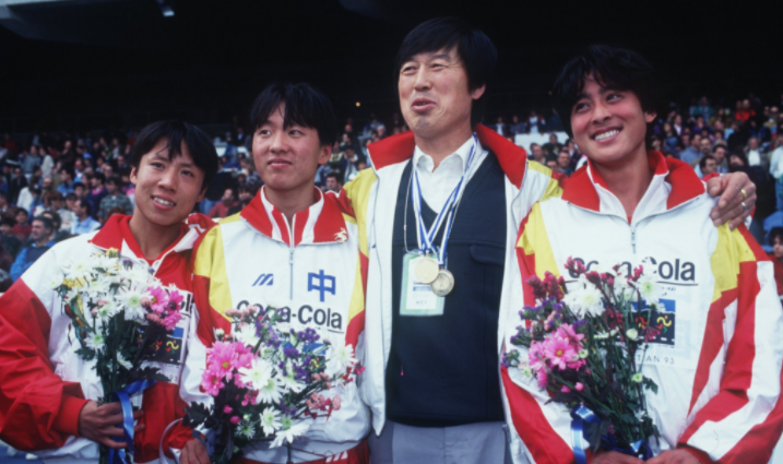 Top Chinese athlete pose with coach Ma Junren, second right, in 1993 ©Getty Images