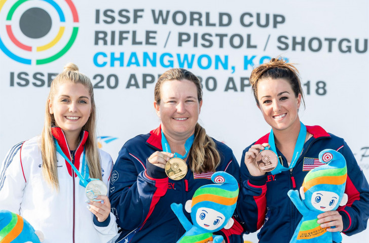 KImberly Rhode of the United States, centre, bettered her own women's skeet shooting world record by hitting 58 of 60 targets in the ISSF World Cup in Changwon ©ISSF