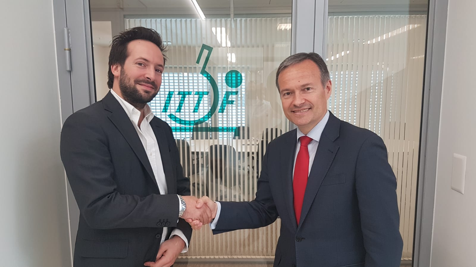 ITTF secretary general Raul Calin, right, and ITA director general, Benjamin Cohen after signing an agreement ©ITTF