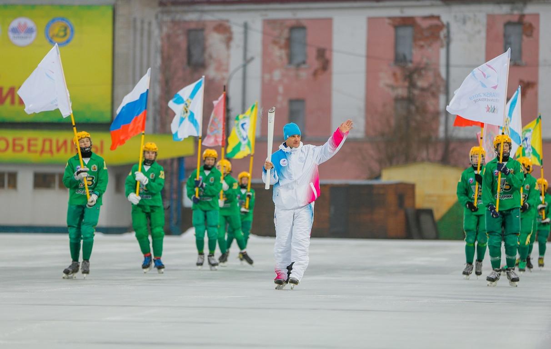 Alexander Rumyantsev, a two-time winner of the European Speed Skating Championship, lit the city cauldron in Arkhangelsk as the Torch Relay for 2019 Winter Universiade in Krasnoyarsk passed through the city ©Krasnoyarsk 2019