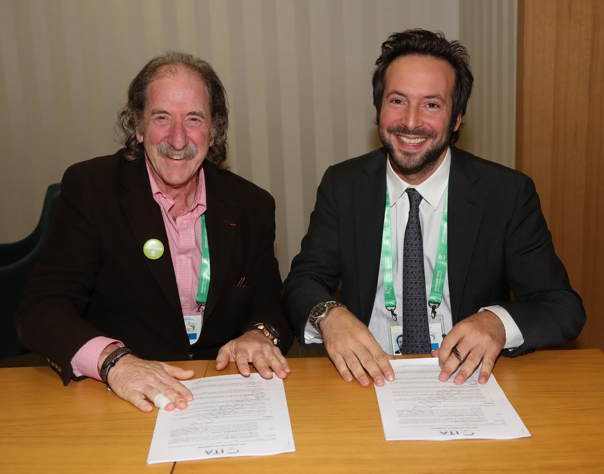 IWF Anti-Doping Commission chairman Patrick Schamasch, left, and ITA director general Benjamin Cohen, right, were among those in attendance at the signing of the partnership ©IWF