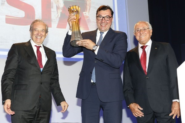 FIVB President Ary Graça Fᵒ, left, celebrates with Russian Volleyball Federation Stanislav Shevchenko, centre, after his country were awarded the 2022 Men's World Championships ©FIVB