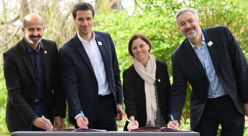 Lausanne 2020 and Paris 2024 signed a collaboration agreement in Paris today ©Lausanne 2020