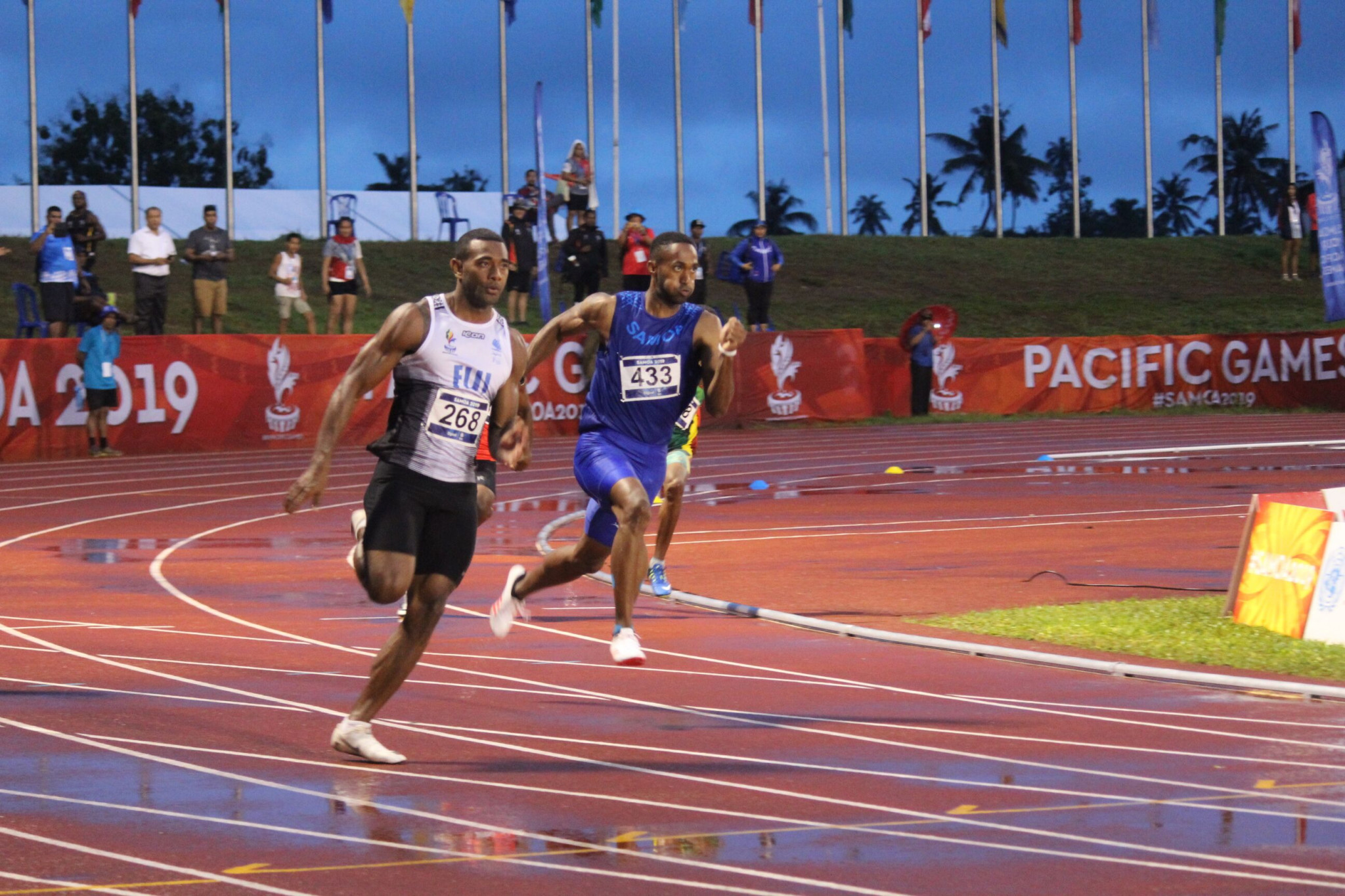 Fiji's Banuve Tabakaucoro won the men's 200m after a brilliant race with Samoa's Jeremy Dodson ©Samoa 2019