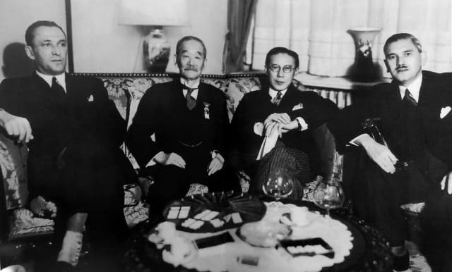 Kano (second from the left) discussing judo's future with E. Rawlings, UK Embassy, Baron Okura Kishiro and Alexander Nagai in Berlin, 1936. The three men established a judo-jujutsu club at Trinity College, Cambridge University in 1906. Nagai played a role in helping Jews to escape Nazi persecution (© The Kodokan Institute)