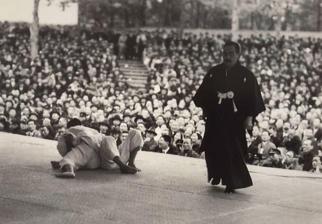 Judo championship in Japan (referee: Nagaoka Hideichi) © The Kodokan Institute