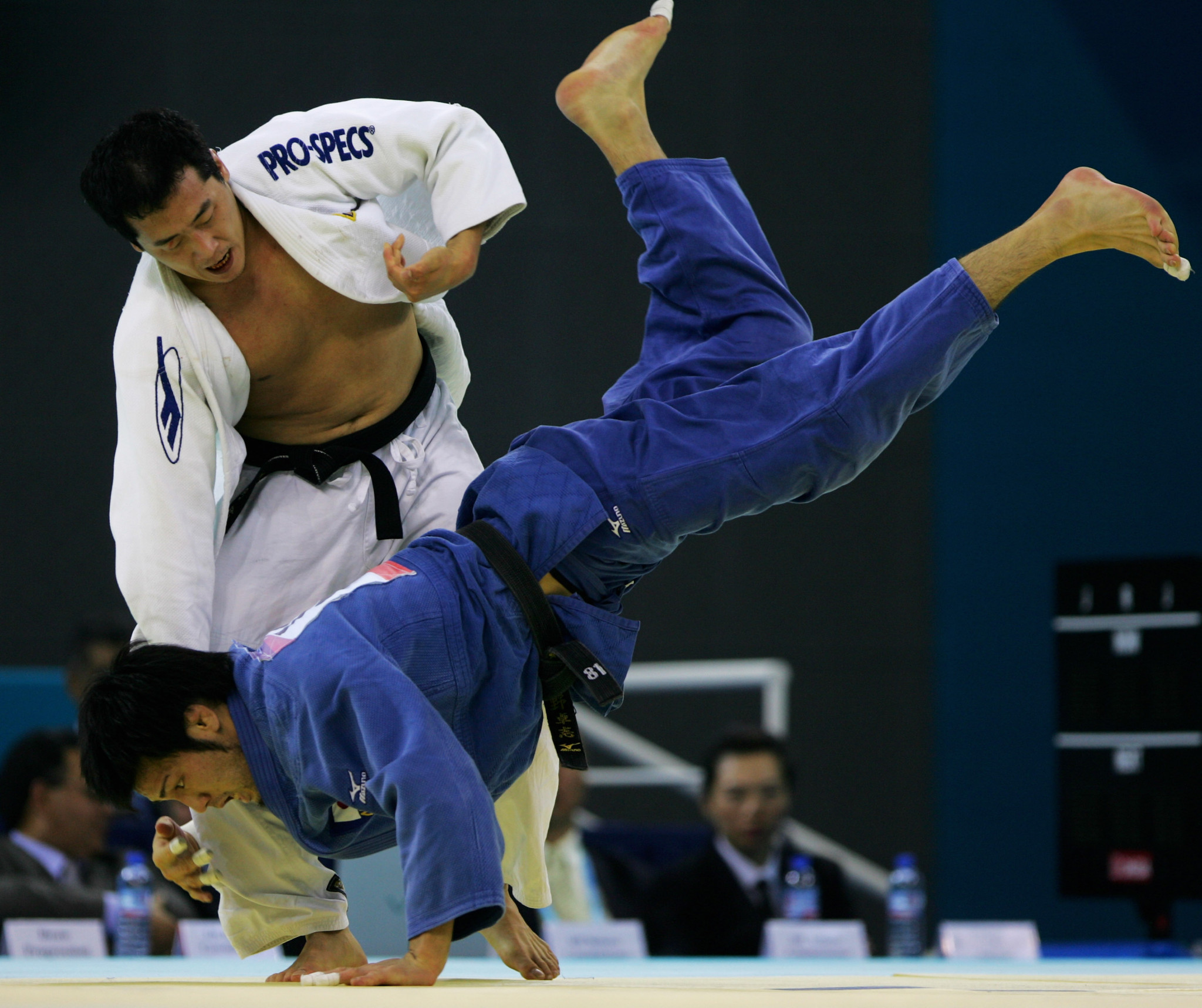 Min Sun Aea (White) of Korea competes with Takashi Ono (Blue) of Japan in the men's 81kg category final during the Good Luck Beijing 2007 Judo Open at the University of Science and Technology Gymnasium on November 16, 2007 in Beijing,China ©Getty Images
