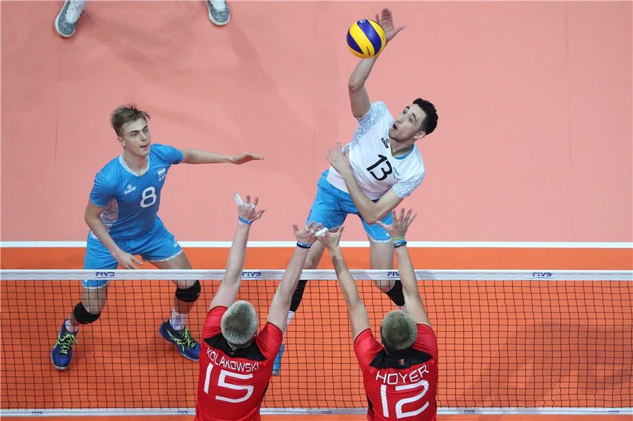 Argentina's Agustin Gallardo tries to get the ball past German pair Jan Kolakowski and Julian Hoyer ©FIVB