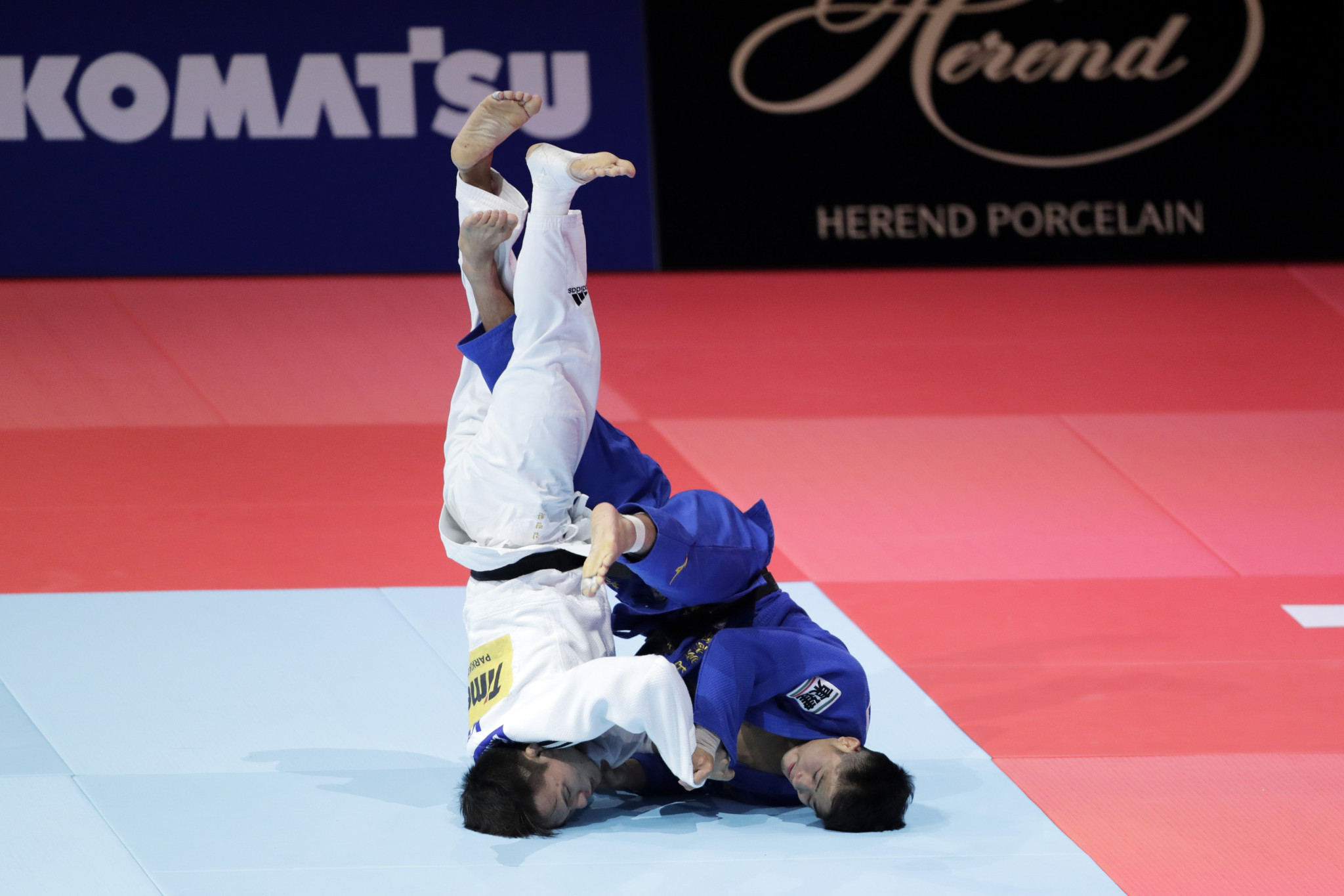 Maruyama, in blue, went on to claim Japan's second gold medal of the night ©Getty Images