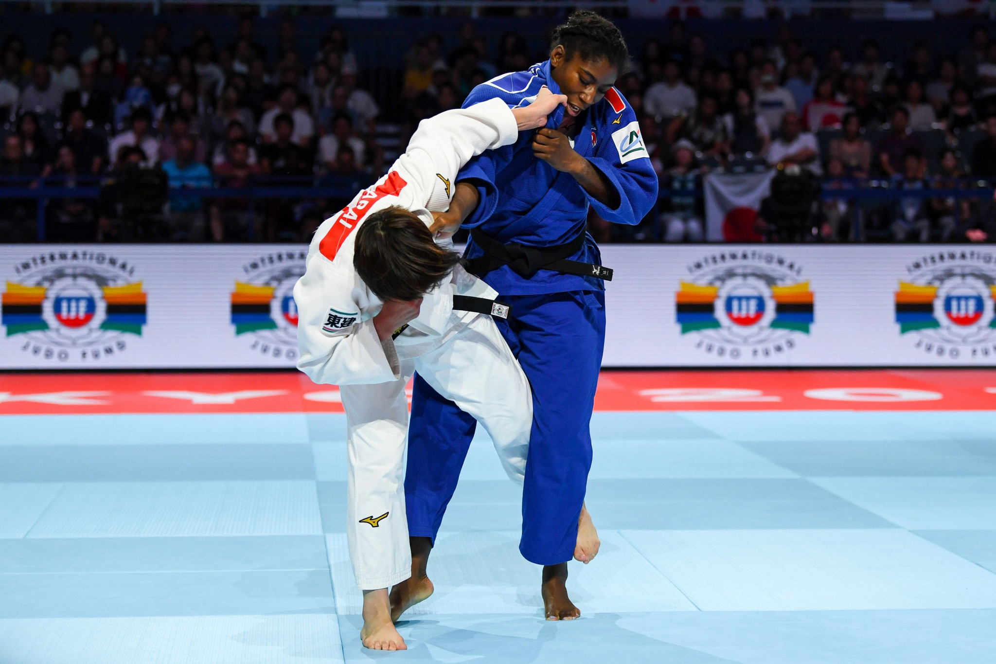 Chizuru Arai fights Marie-Ève Gahié in the under-70kg category ©Getty Images
