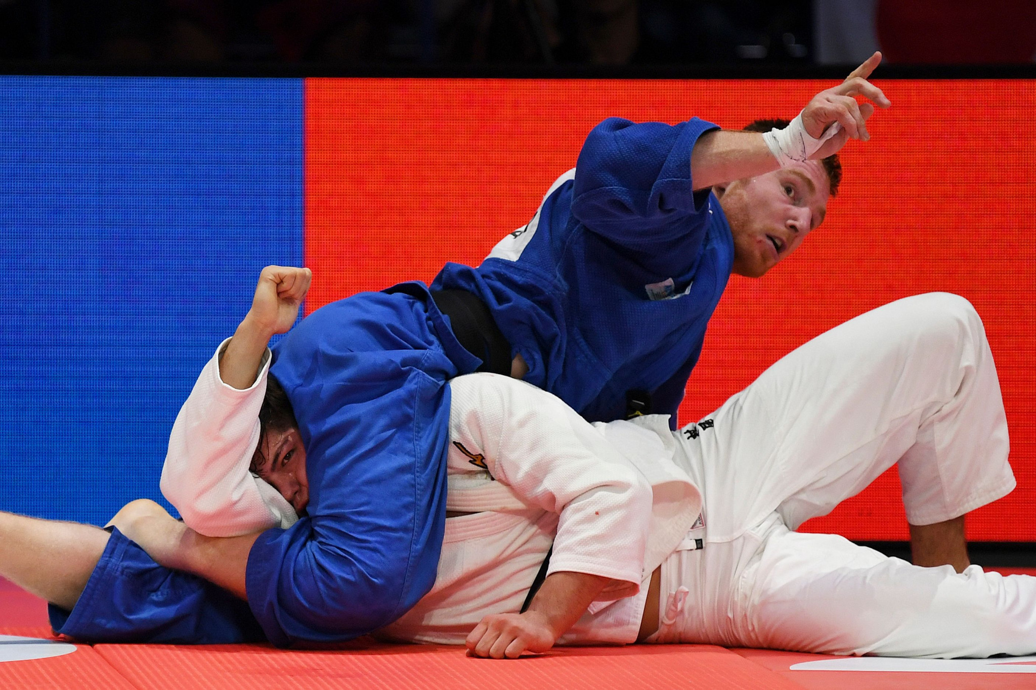 Axel Clerget, blue, beat Sanshiro Murao to ensure the final went down to the last fight ©Getty Images