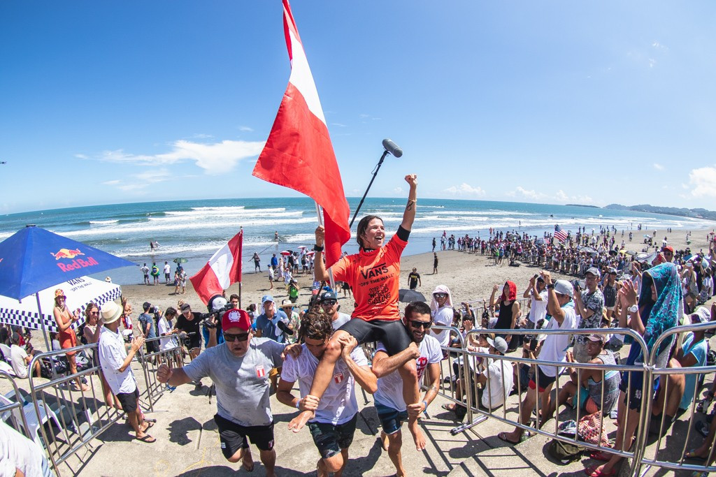 Mulánovich adds second World Surfing Games gold 15 years on