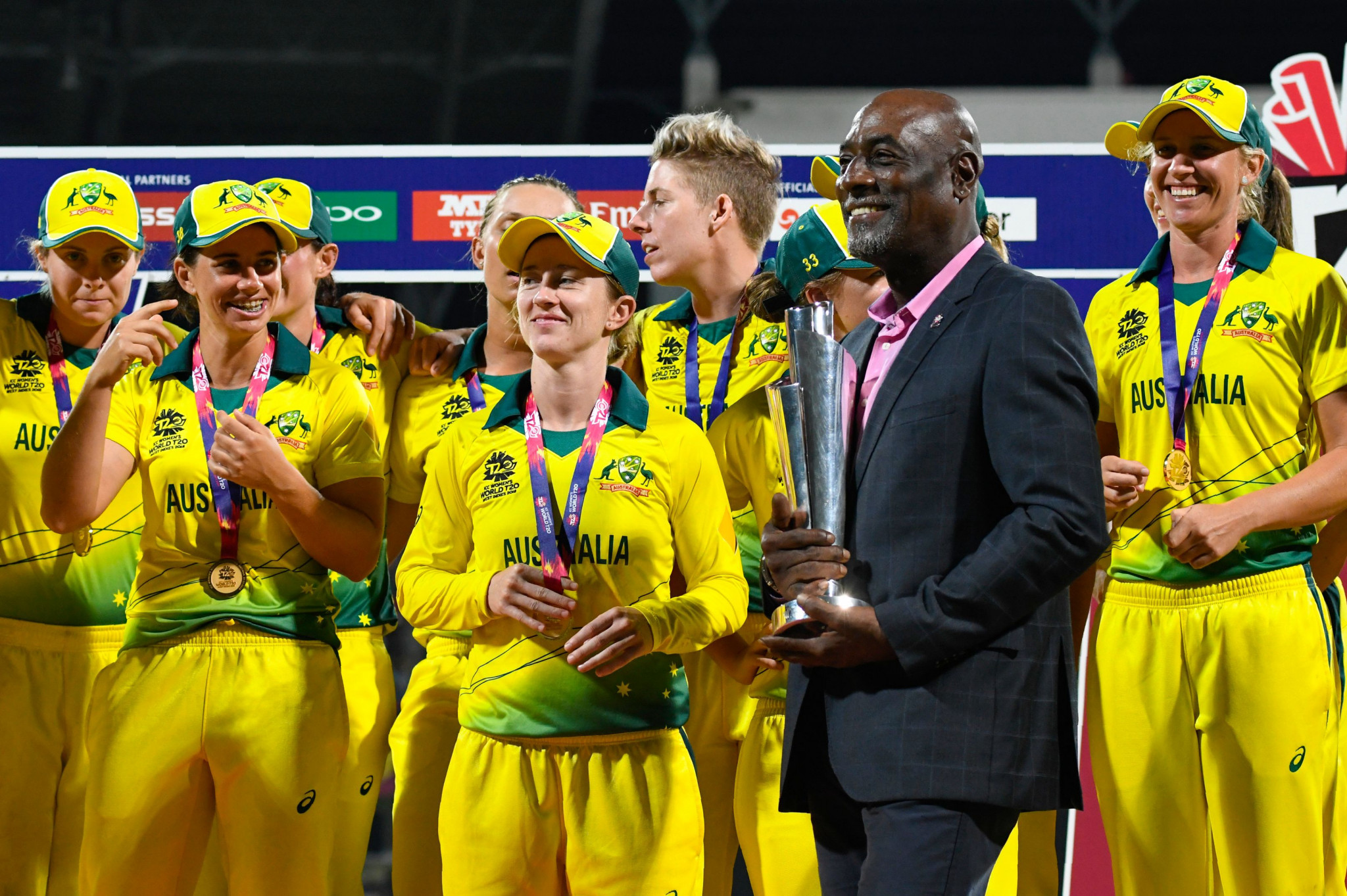 Sir Vivian Richards presents the 2018 T20 World Cup trophy to Australia ©Getty Images