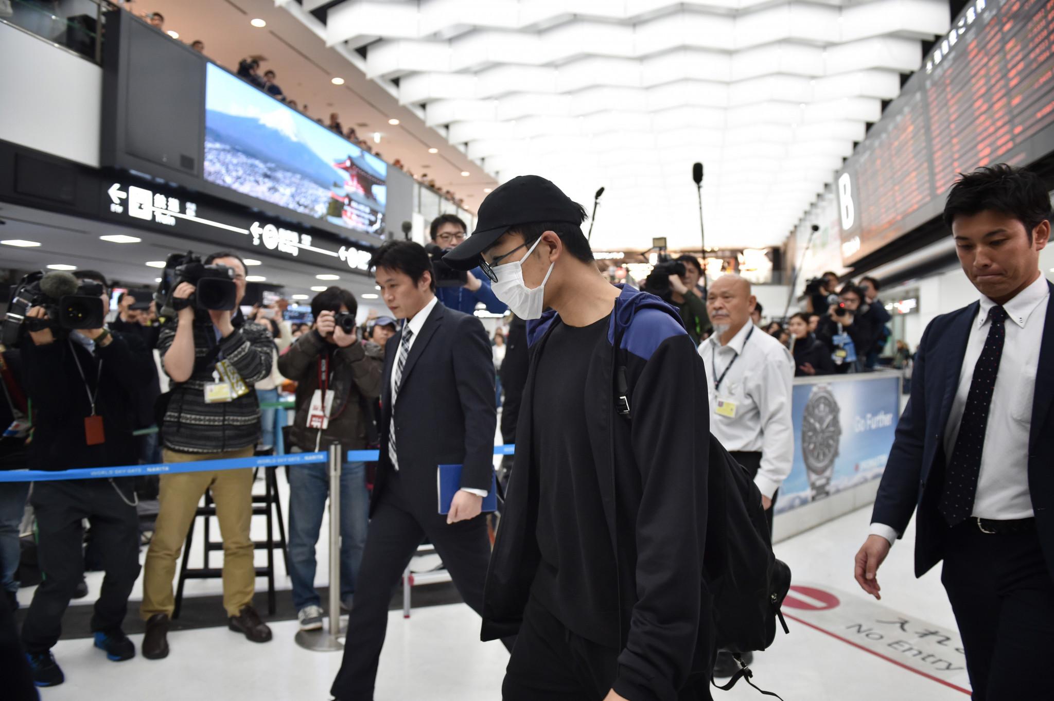 Kento Momota arriving at Tokyo's Narita Airport ©Getty Images