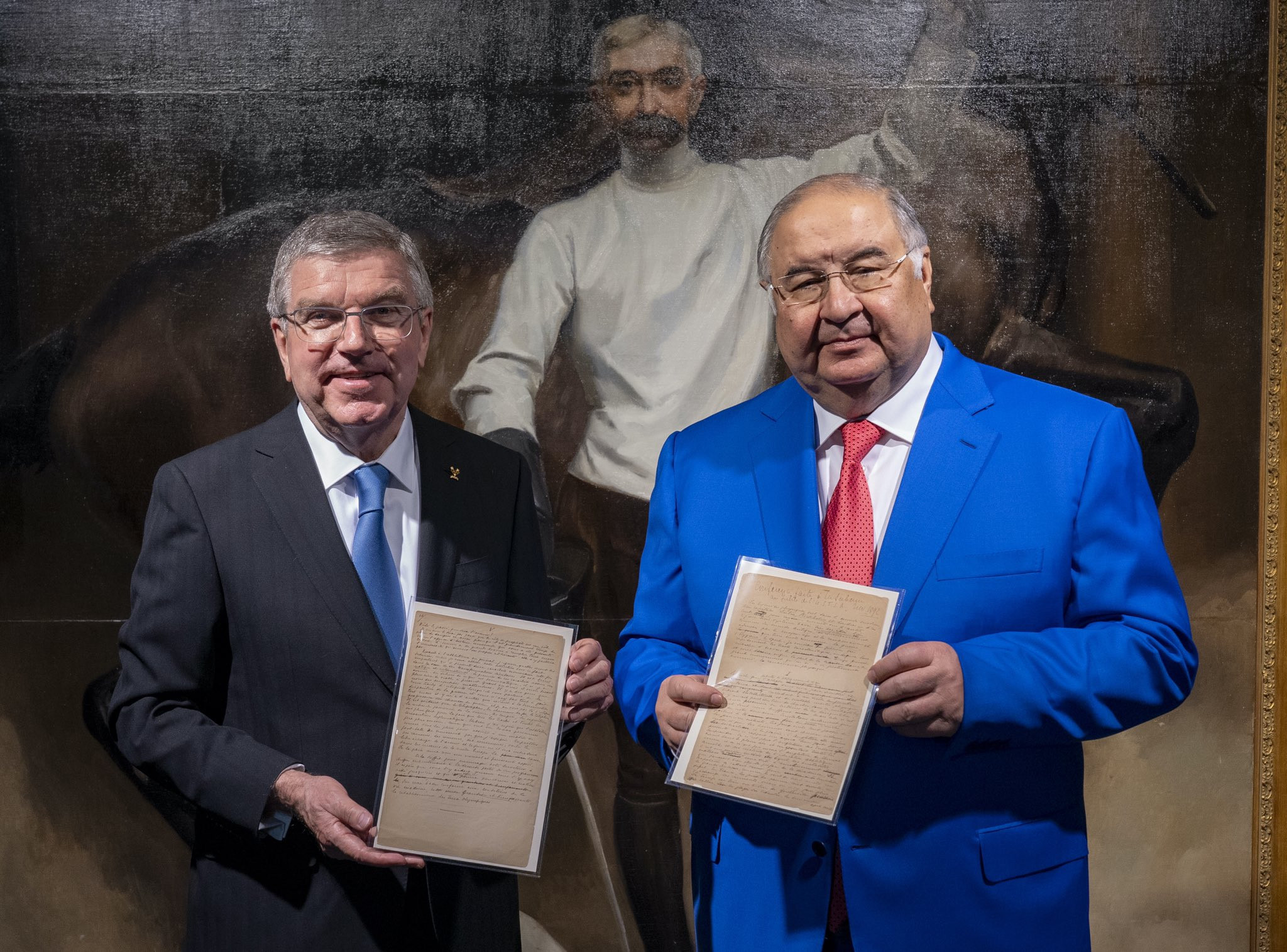 Alisher Usmanov (right) and IOC president Thomas Bach (left) with copies of the historic manuscript recently donated by Usmanov ©IOC