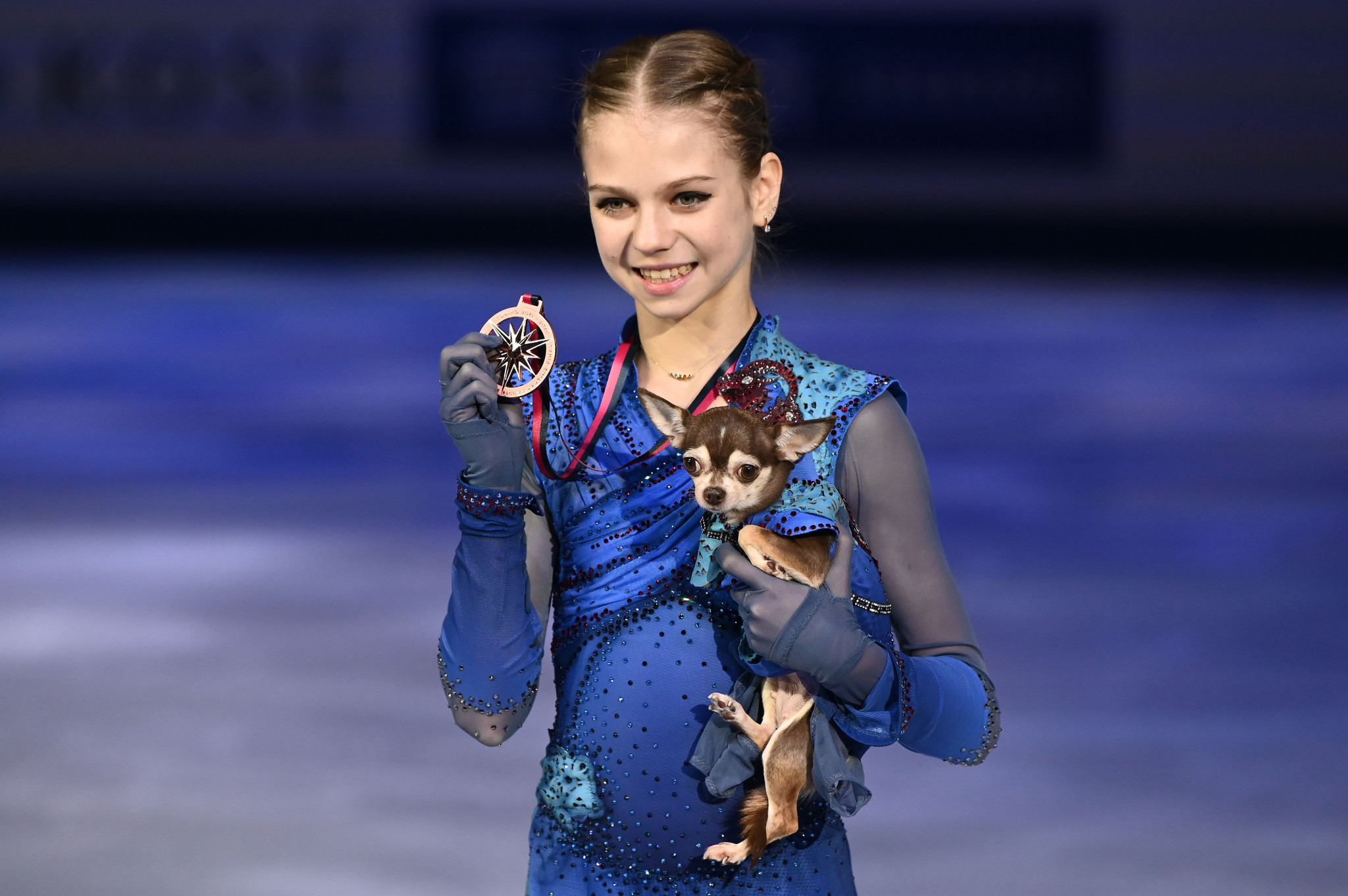 Alexandra Trusova celebrated her bronze medal in Turin, where she set the world record, with her dog ©Getty Images
