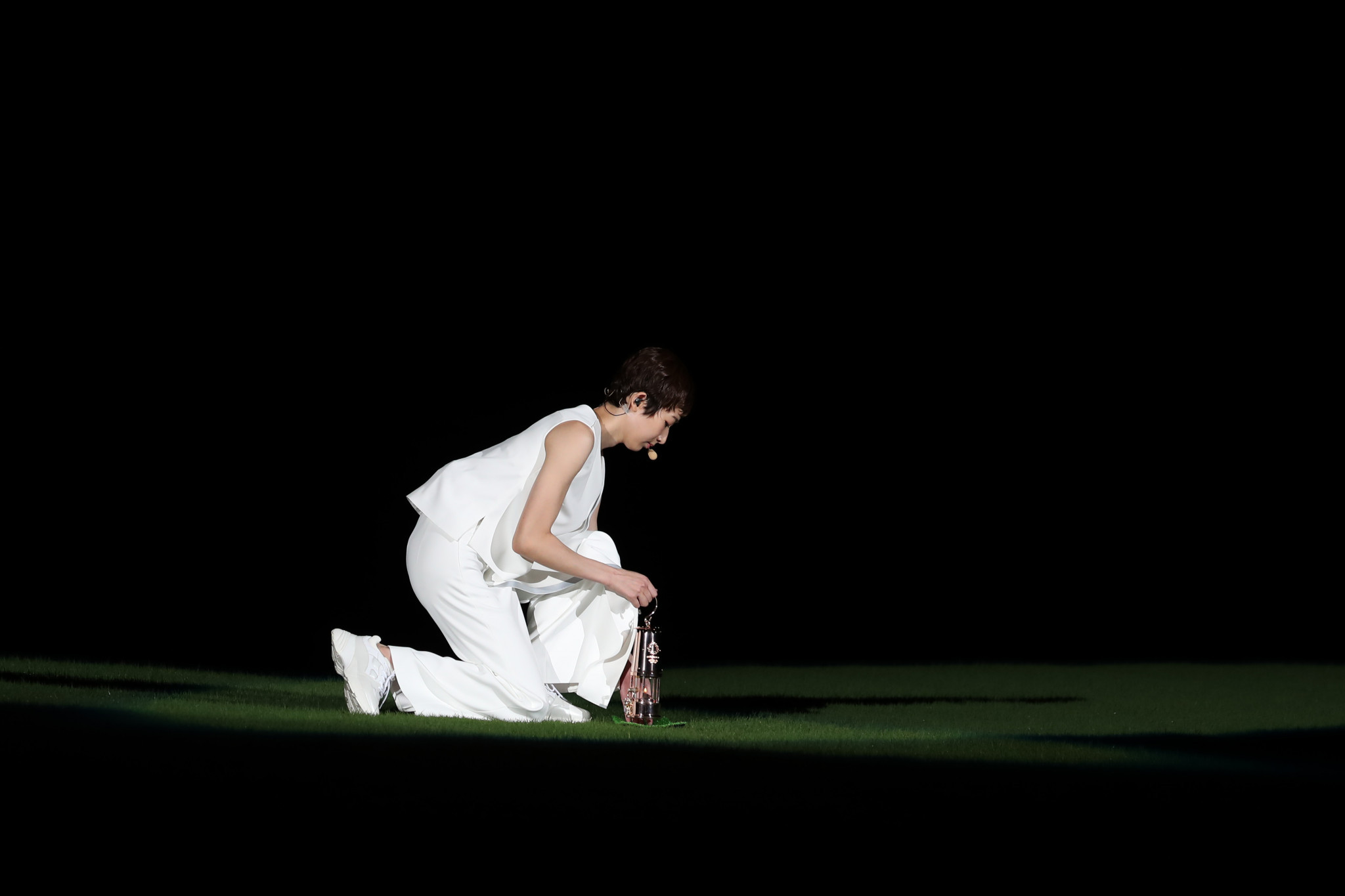 Rikako Ikee kneeling alone in the Tokyo Olympic Stadium ©Getty Images