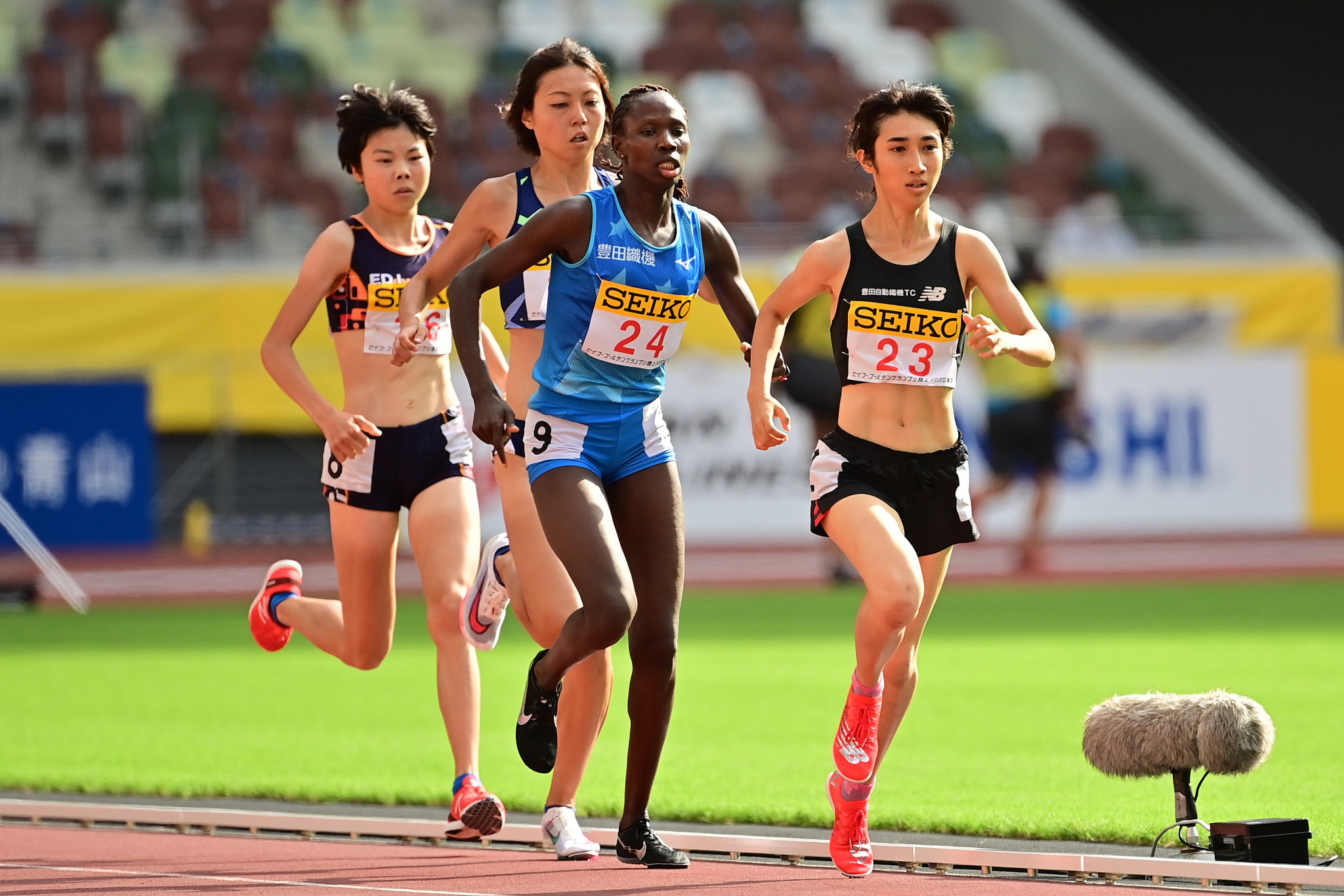 Nozomi Tanaka, right, won the women's 1,500m race ©Getty Images