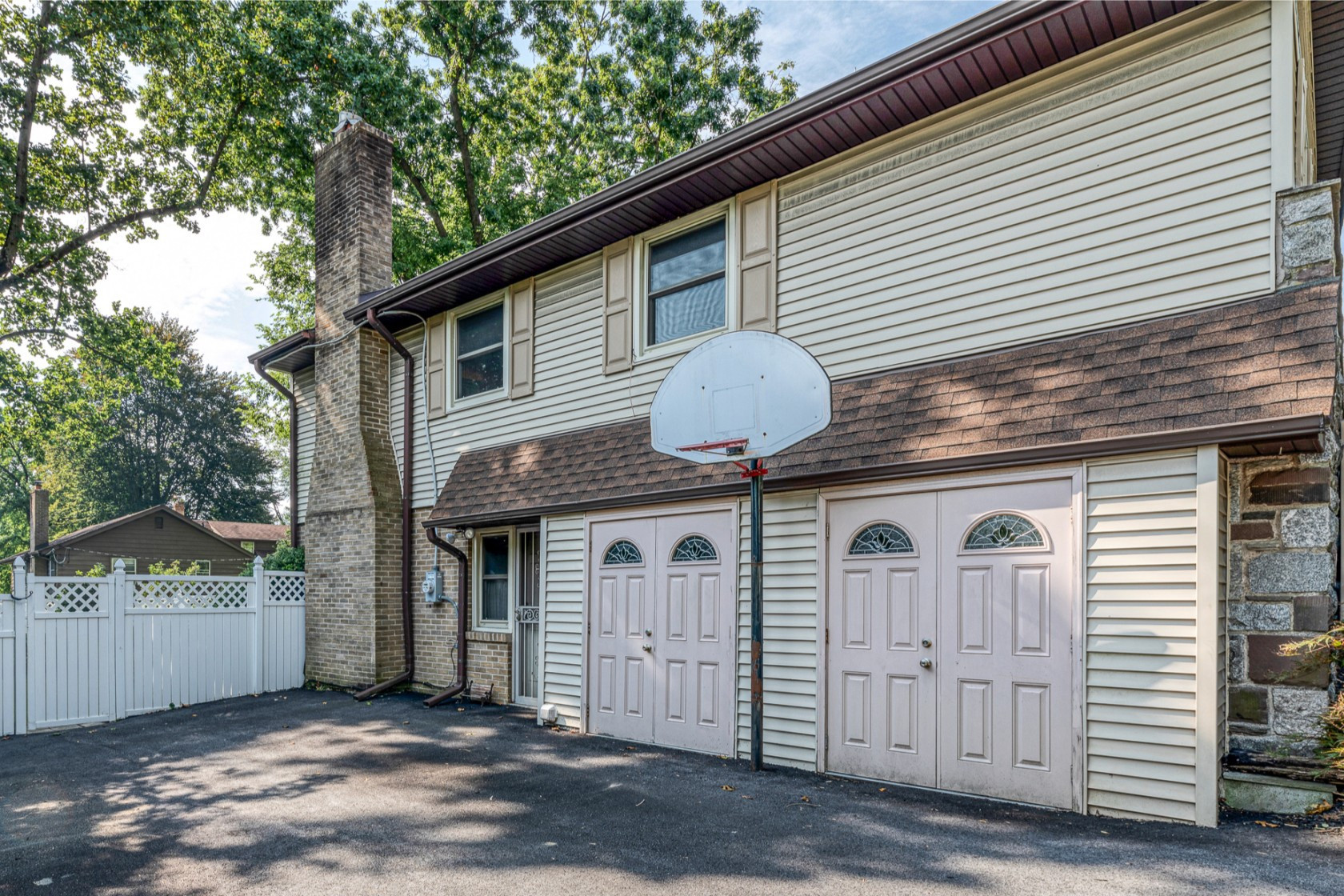 The home includes the original basketball hoop where Kobe Bryant used to practice ©Compass