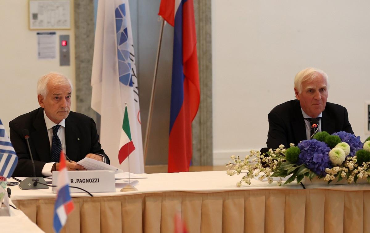 EOC secretary general Raffaele Pagnozzi, left, speaks at the latest Executive Committee meeting ©Ales Fevzer