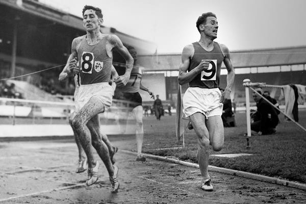Trophy and bib number from mile greats Delany and Tábori donated to World Athletics