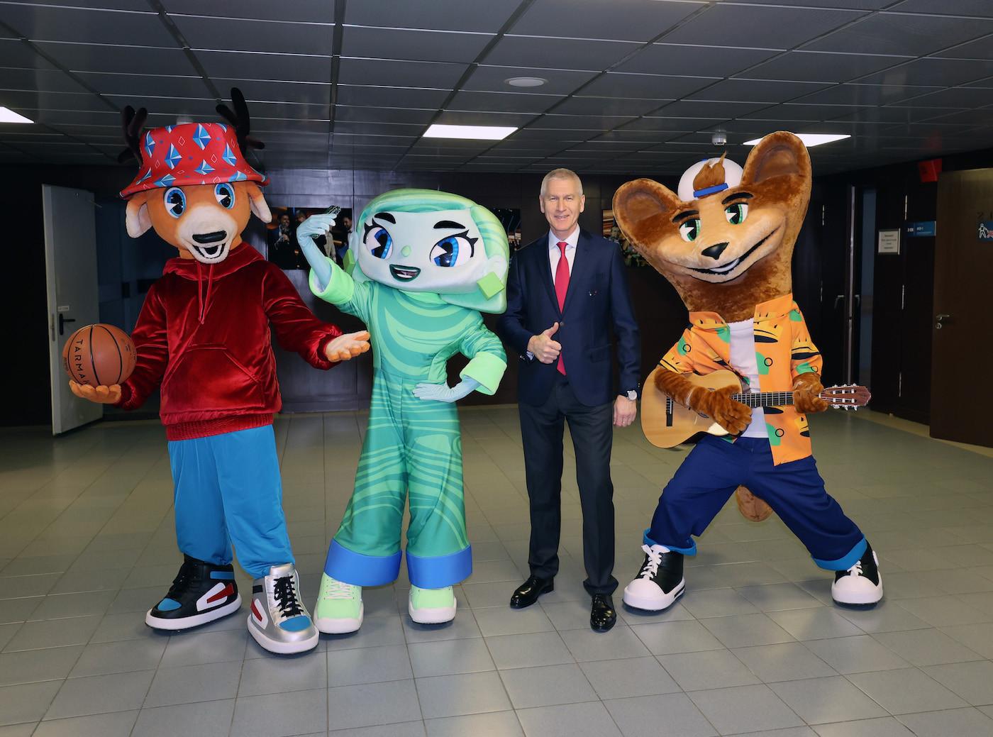 Yekaterinburg 2023 mascots Yaggy (left), Heaty and Cedry (right) pictured with FISU President Oleg Matytsin ©FISU