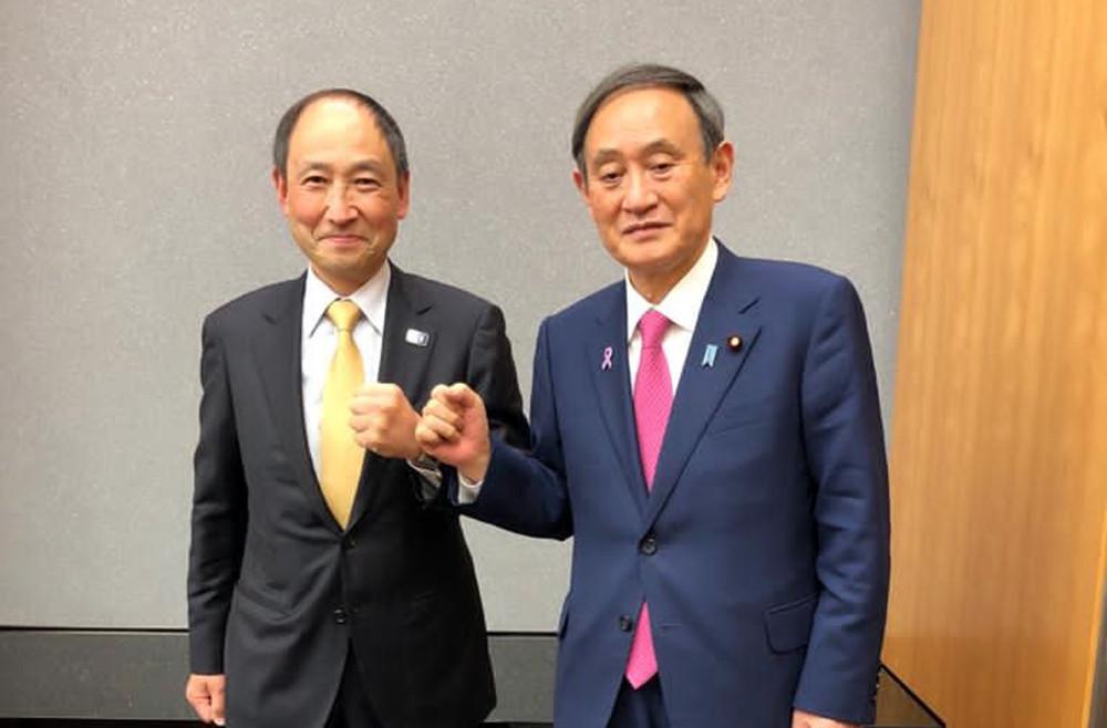 WKF general secretary Toshihisa Nagura, left, met with Japanese Prime Minister Yoshihide Suga, right ©WKF