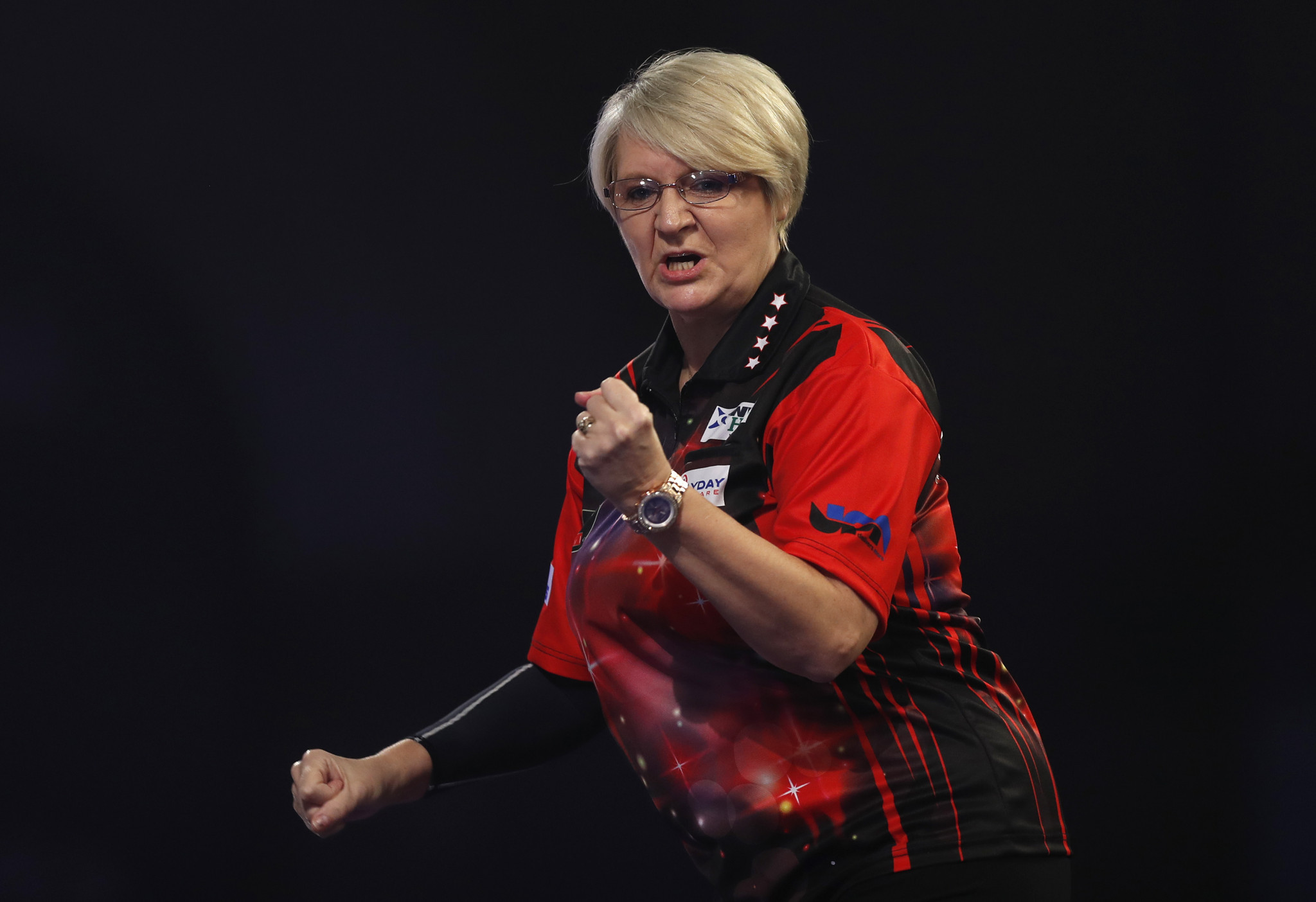 Ashton loses out in final set in quest to become second female to win match at PDC World Darts Championship