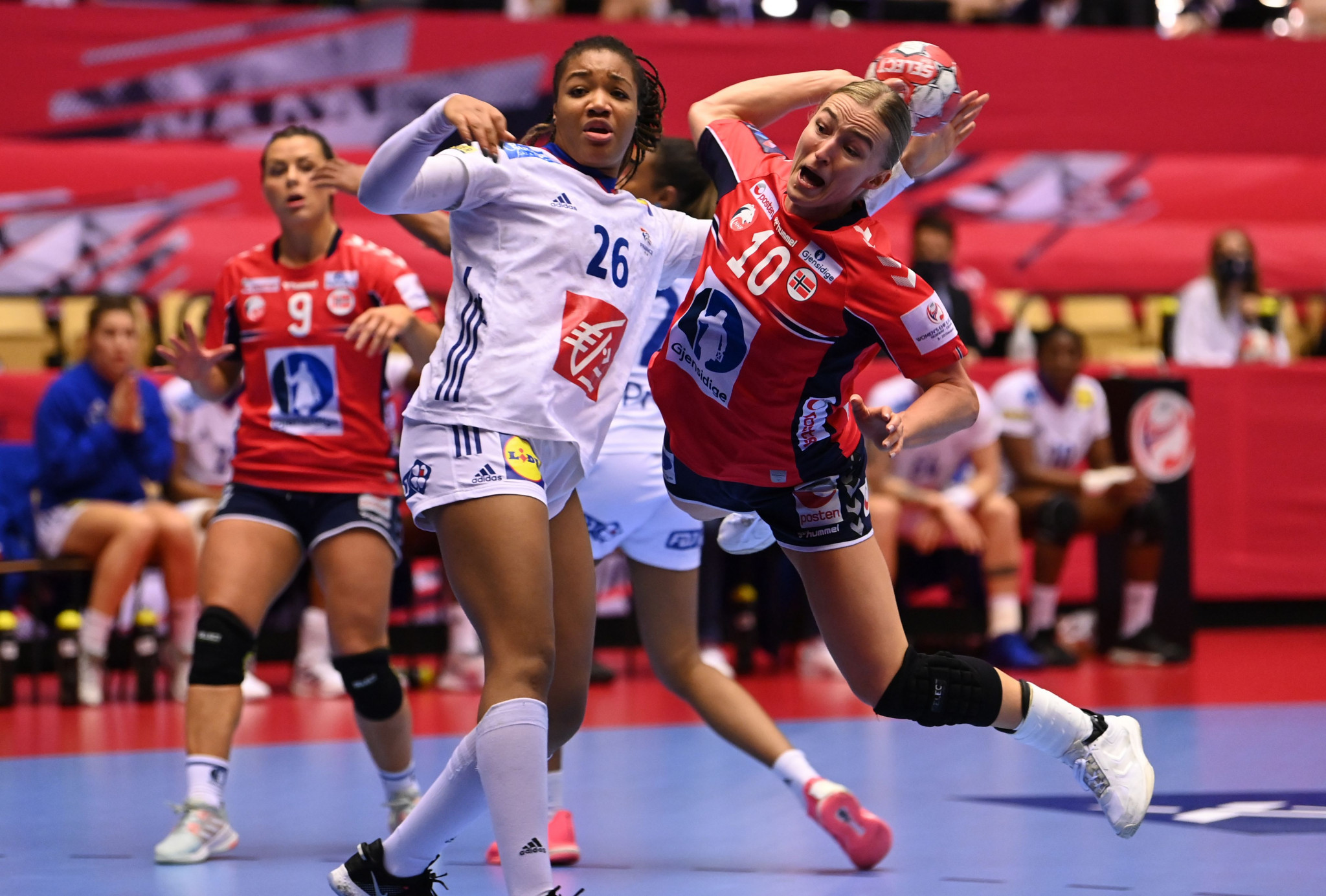 Norway (in red) prevailed 22-20 to deny France back-to-back EHF European Championship titles ©Getty Images