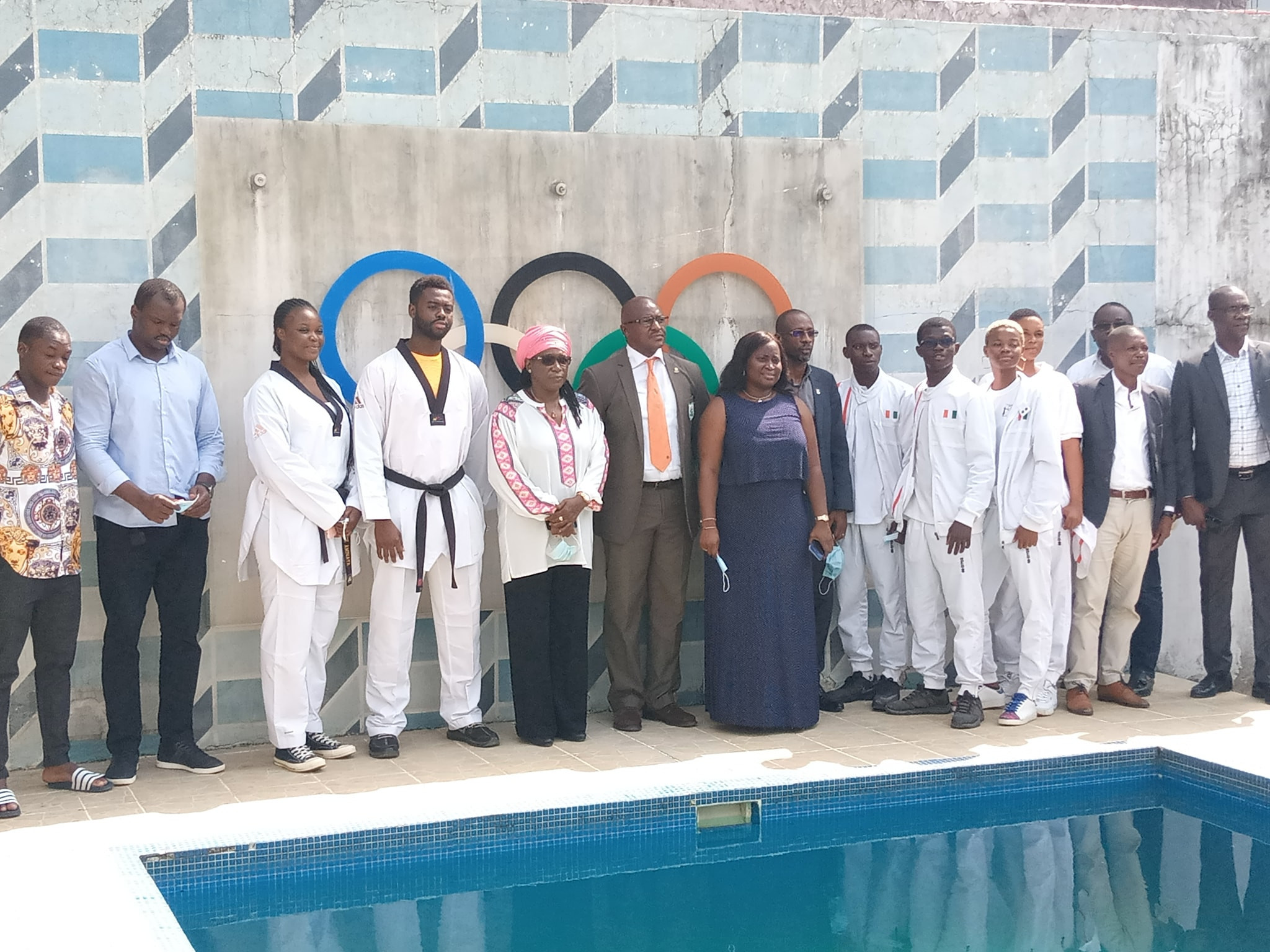 Eight athletes received a cheque from the National Olympic Committee of the Ivory Coast ©CNO-CIV