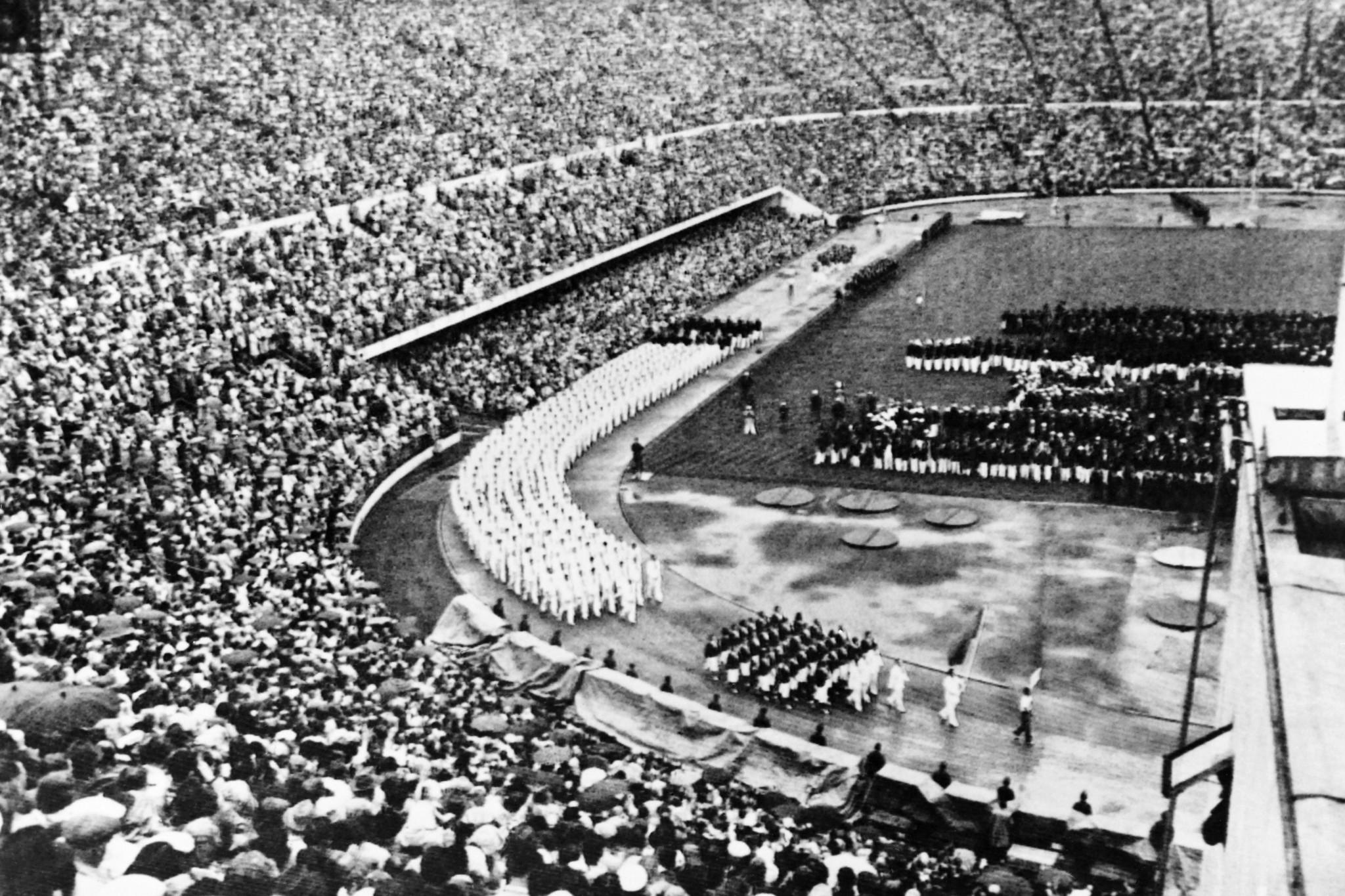 Leslie Laing won men's 4x400m relay gold at Helsinki 1952 ©Getty Images