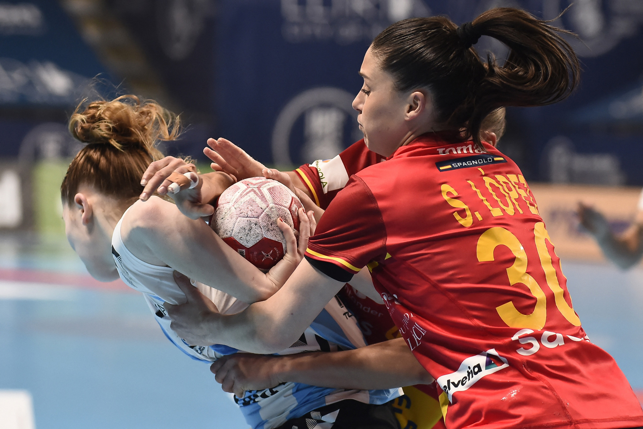 Spain (in red) claimed their place in the Tokyo 2020 women's handball tournament after beating Argentina ©Getty Images