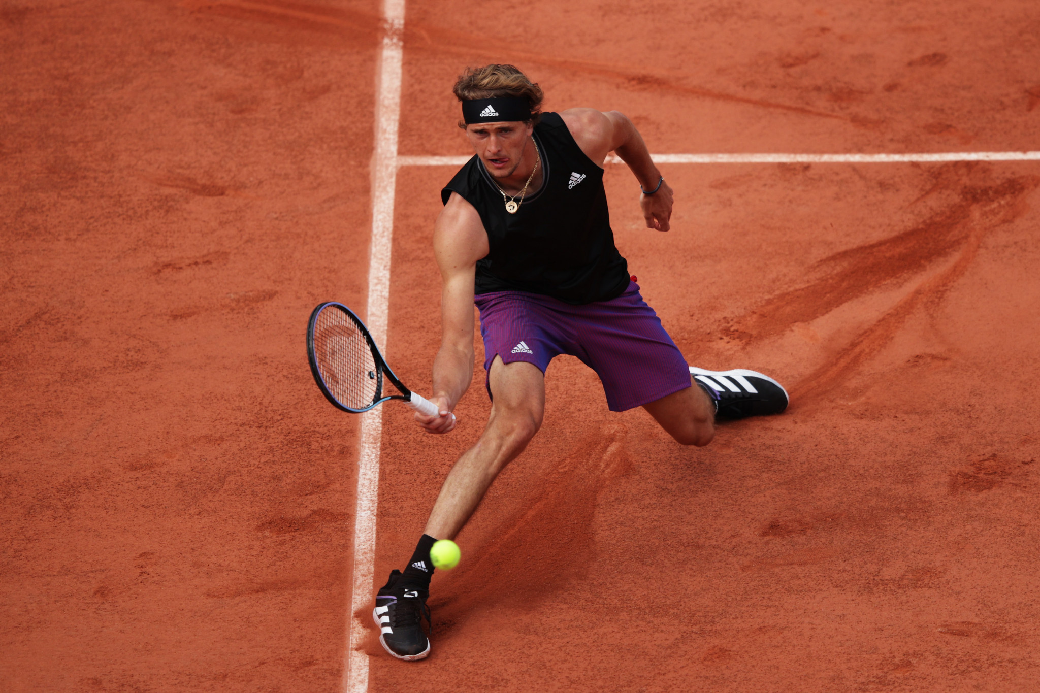 Alexander Zverev stretches to retrieve the ball during his five-set victory against fellow German Oscar Otte ©Getty Images