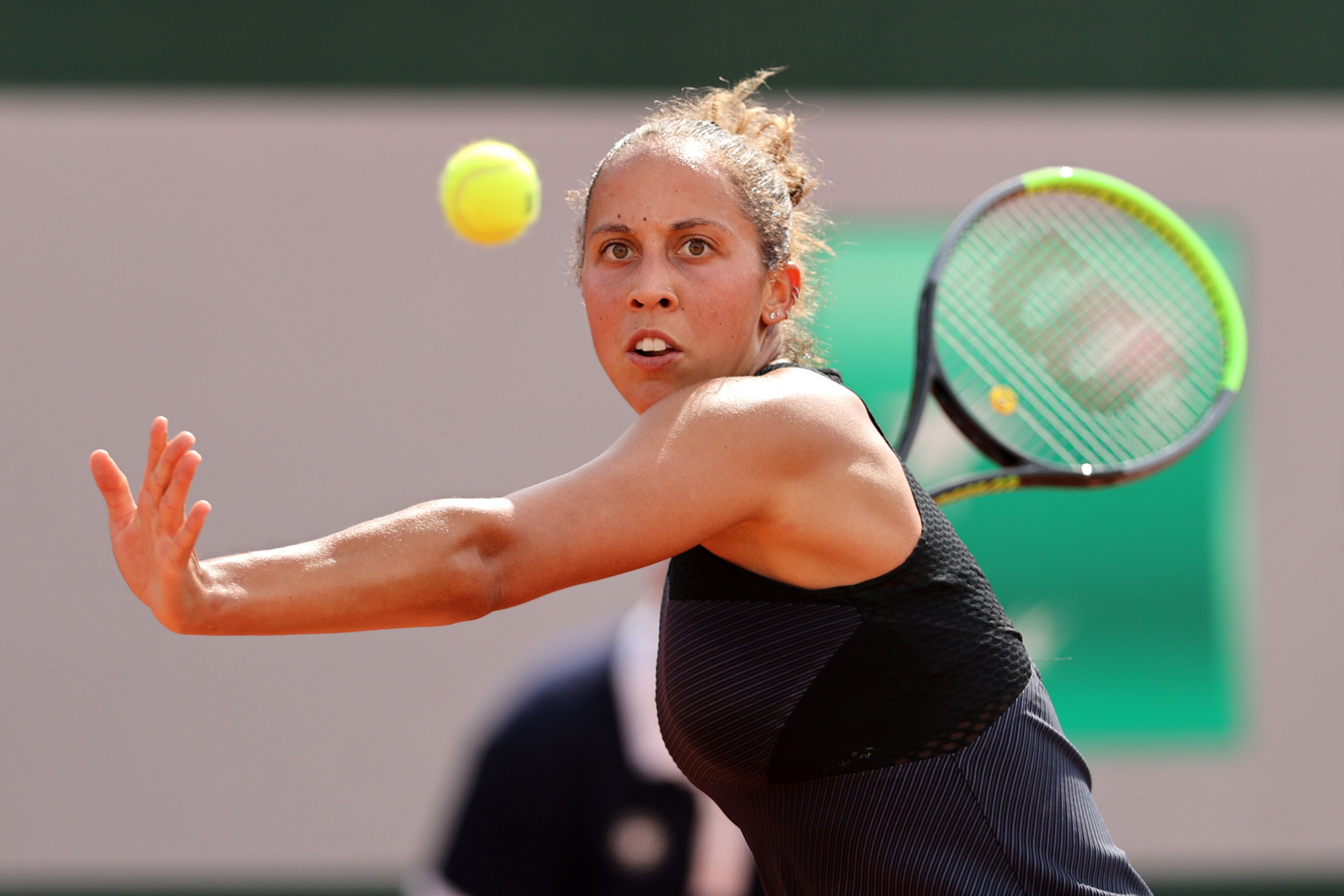 Madison Keys keeps her eyes on the ball during her second-round tussle with Leylah Fernandez ©Getty Images