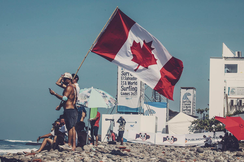 Canadian fans enjoy the sunshine and surfing action in El Salvador ©ISA/Pablo Franco