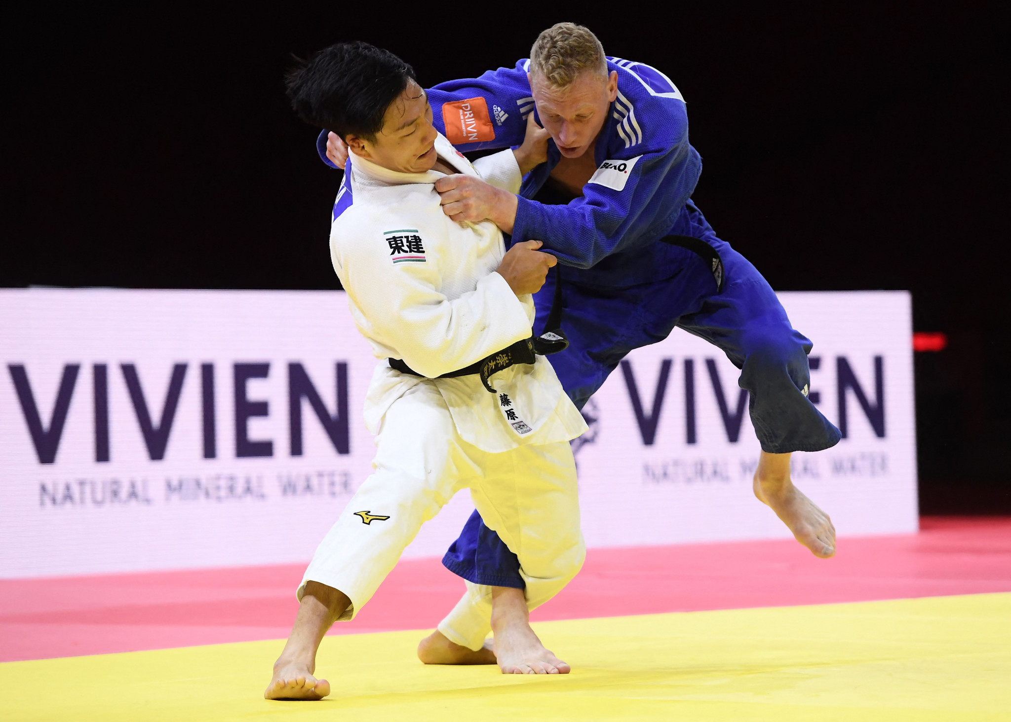 Dutchman Frank de Wit, in blue, ensured Japan ended day four empty-handed by beating Sotaro Fujiwara in a bronze-medal bout ©Getty Images