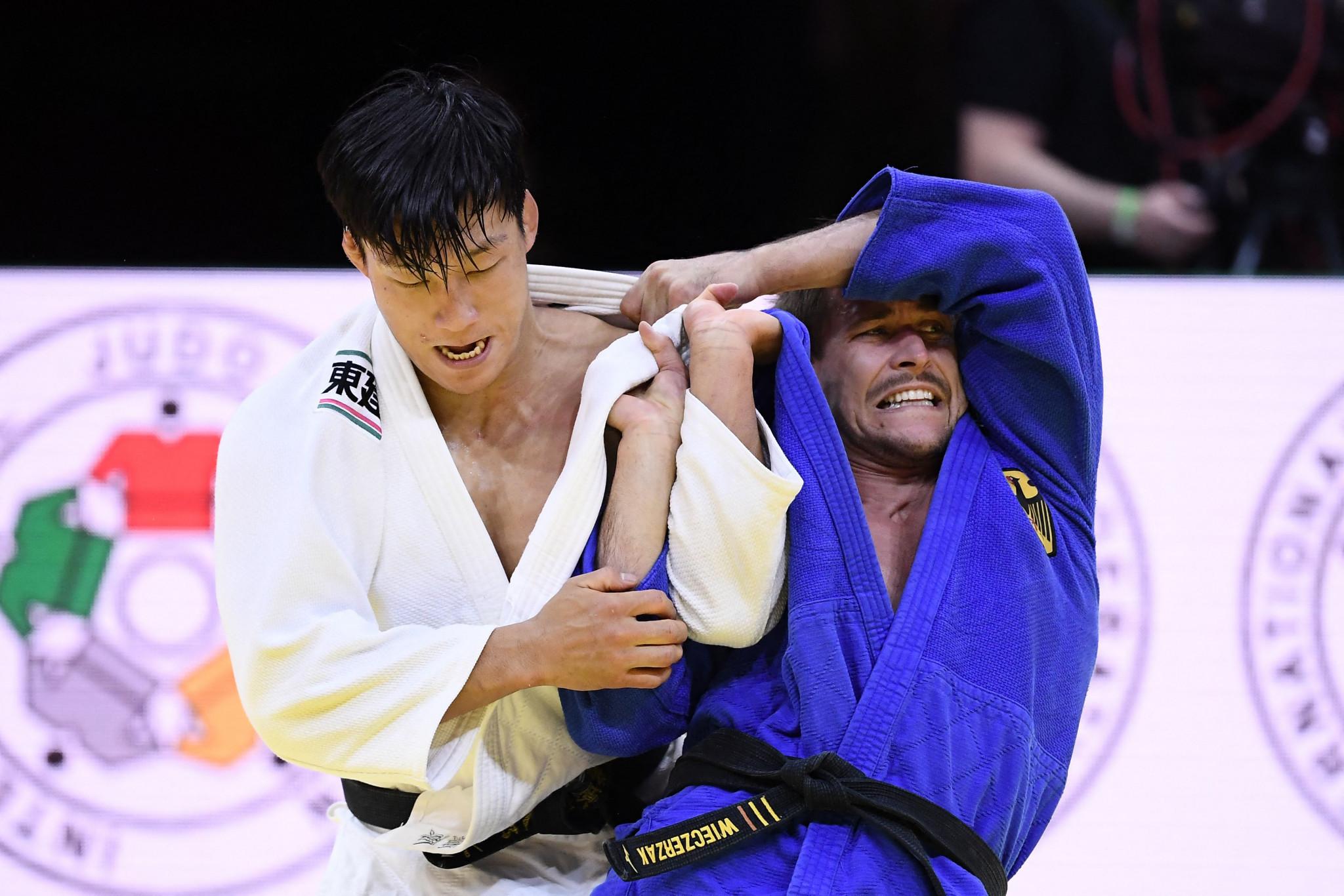 Alexander Wieczerzak, right, tries to gain the upper hand against Fujiwara ©Getty Images