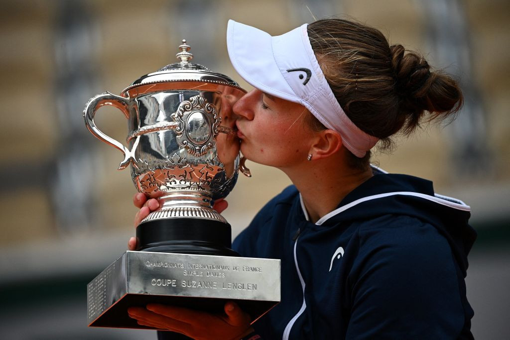 The 25-year-old, who was not in the top 100 12 months ago, celebrated by kissing the trophy ©Getty Images