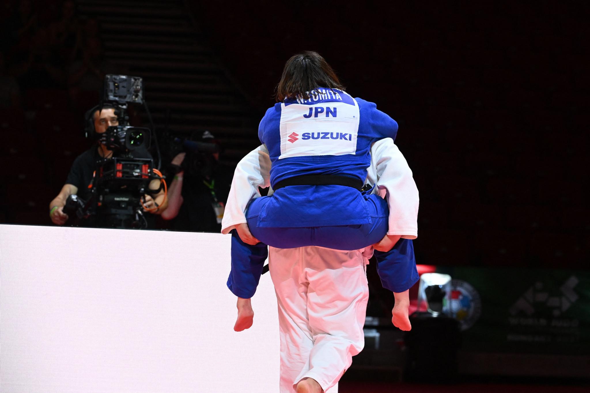 Sarah Asahina giving the injured Wakaba Tomita a piggyback ©Getty Images