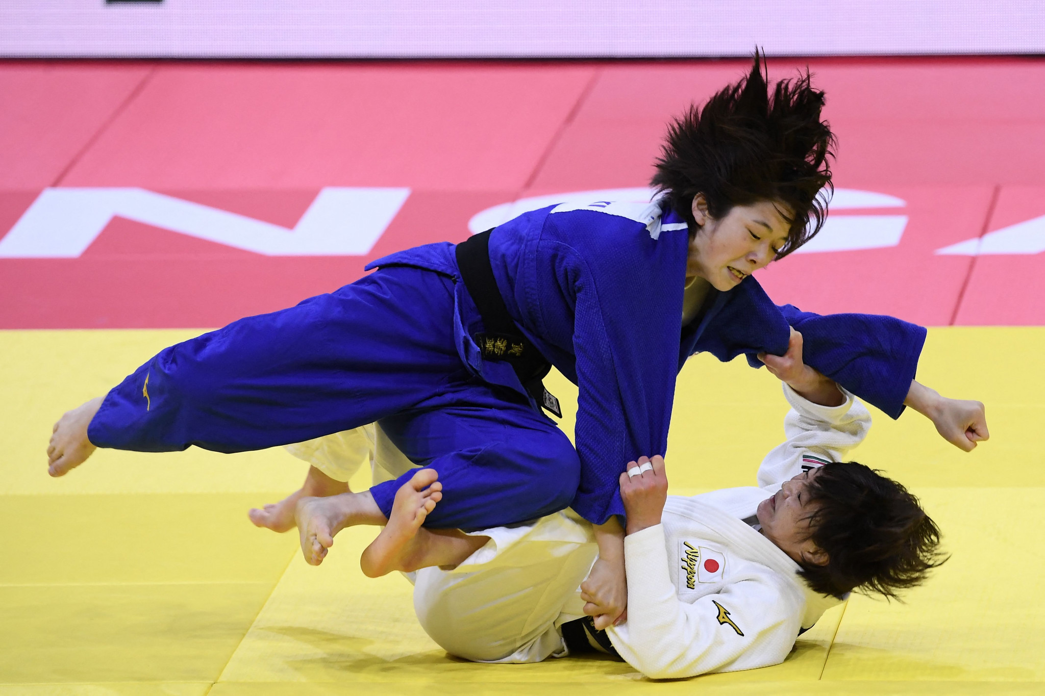 Natsumi Tsunoda, in white, defeated compatriot Wakana Koga in an all-Japanese women's under-48kg final ©Getty Images