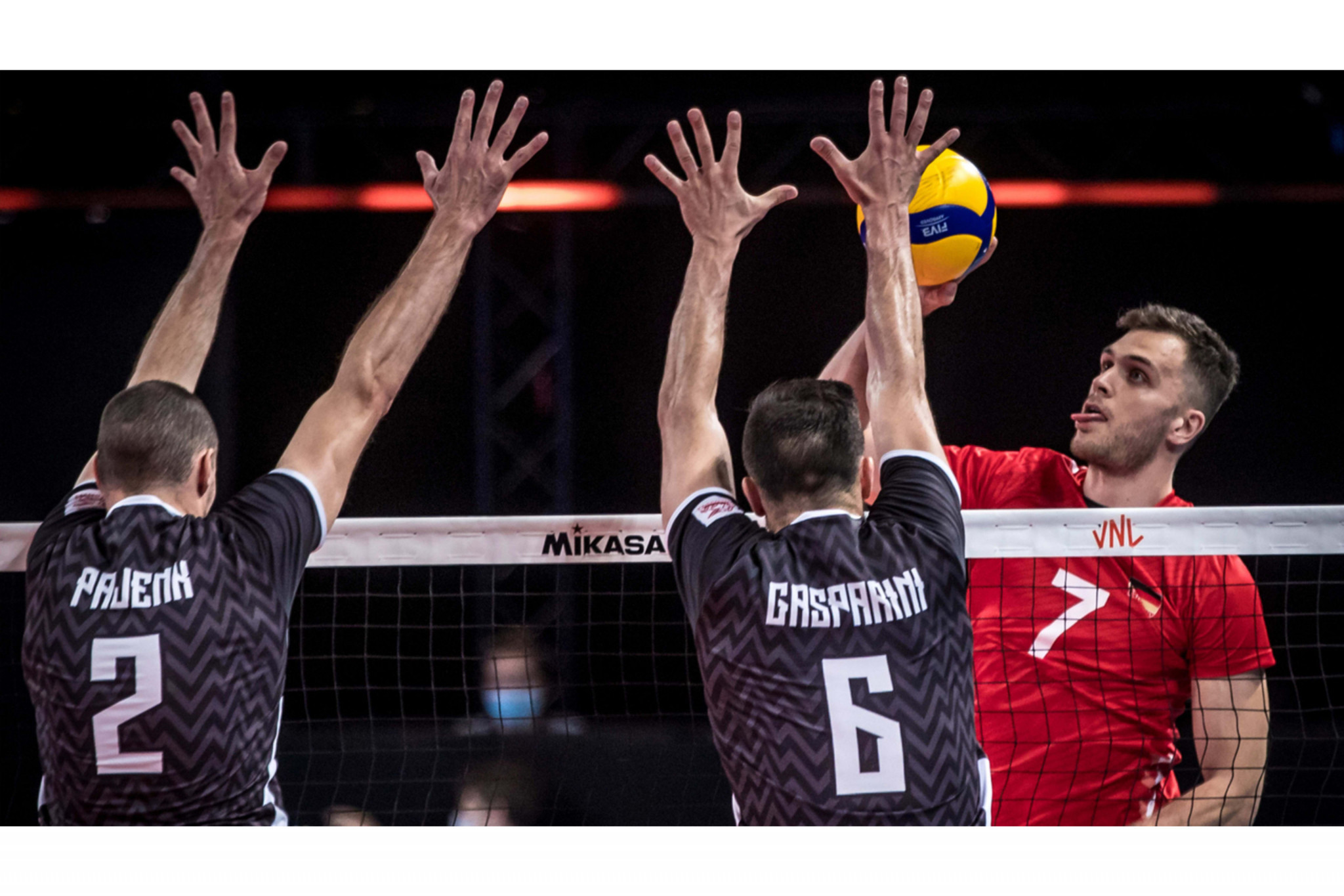 Slovenia, playing in black, today defeated Bulgaria to qualify for the semi-finals of the men's Volleyball Nations League ©Volleyball World