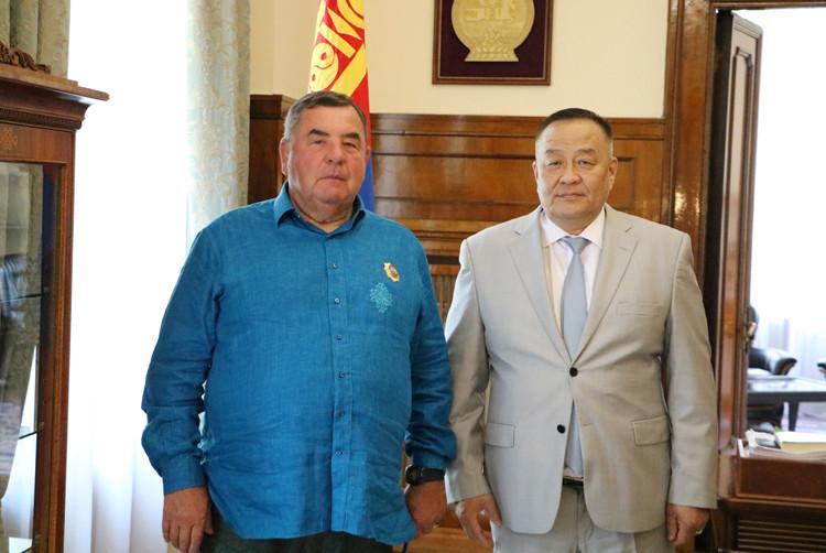 FIAS President Vasily Shestakov, left, with Mongolian Ambassador to Russia Dulamsurengiina Davaa ©FIAS