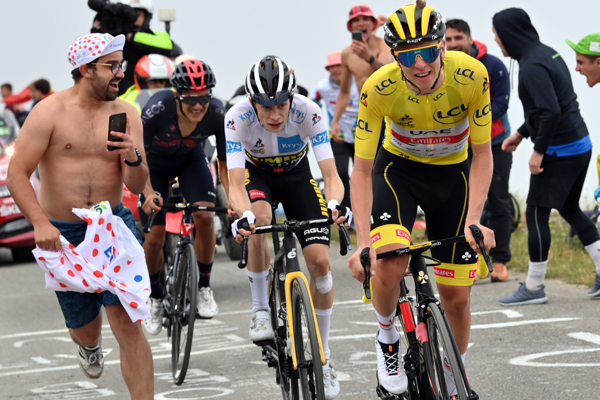 Pogačar wins stage in yellow jersey for first time to extend Tour de France lead