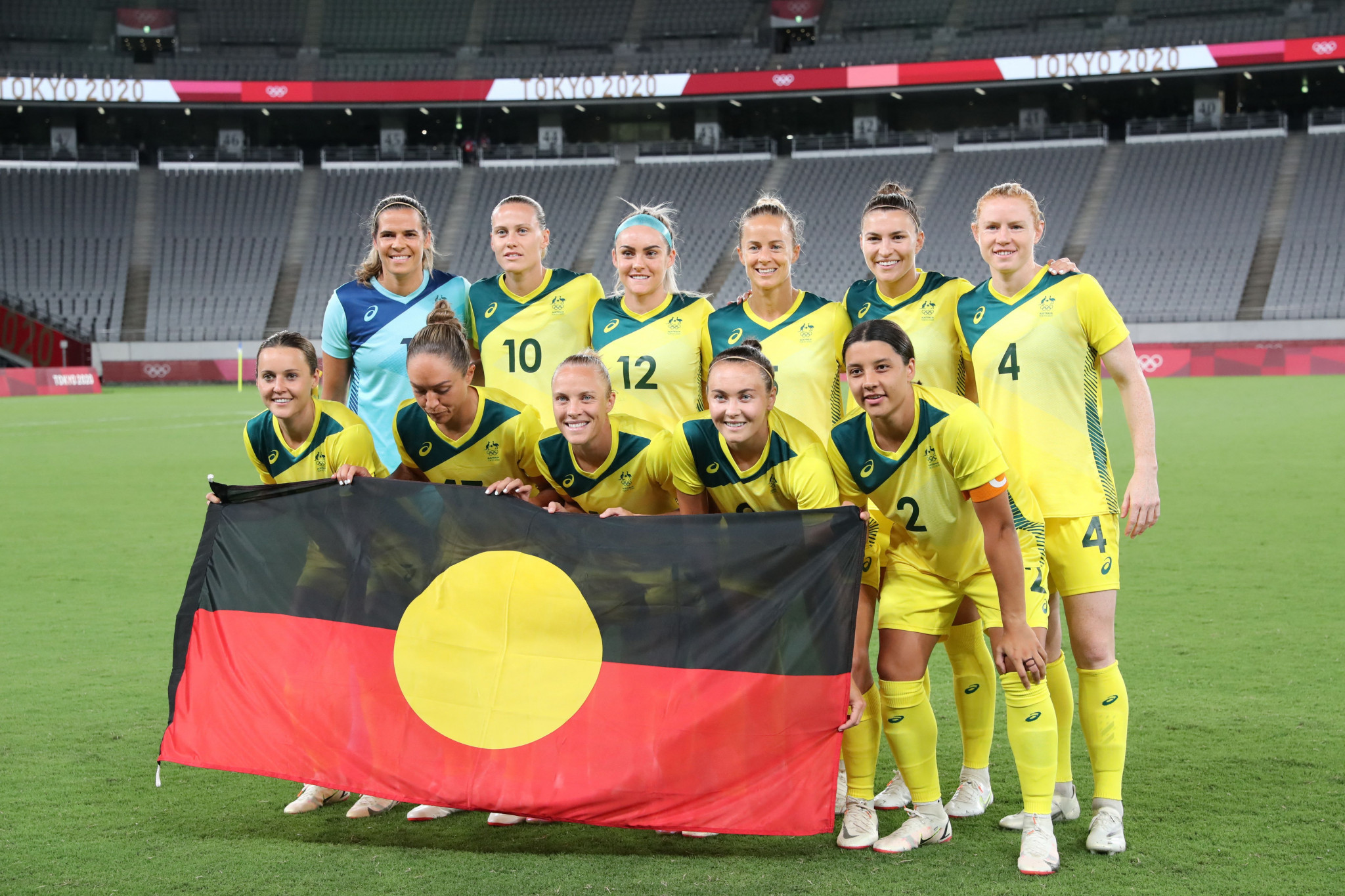 Australia's players posed with an Aboriginal flag ©Getty Images