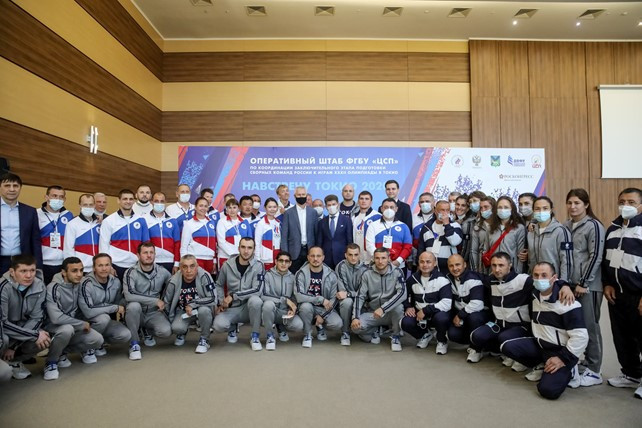Sports Minister Oleg Matytsin met with Olympic teams in Greco-Roman and women's wrestling, boxing, triathlon and archery at the Far Eastern Federal University training camp in Russky Island ©Georgy Bryusov