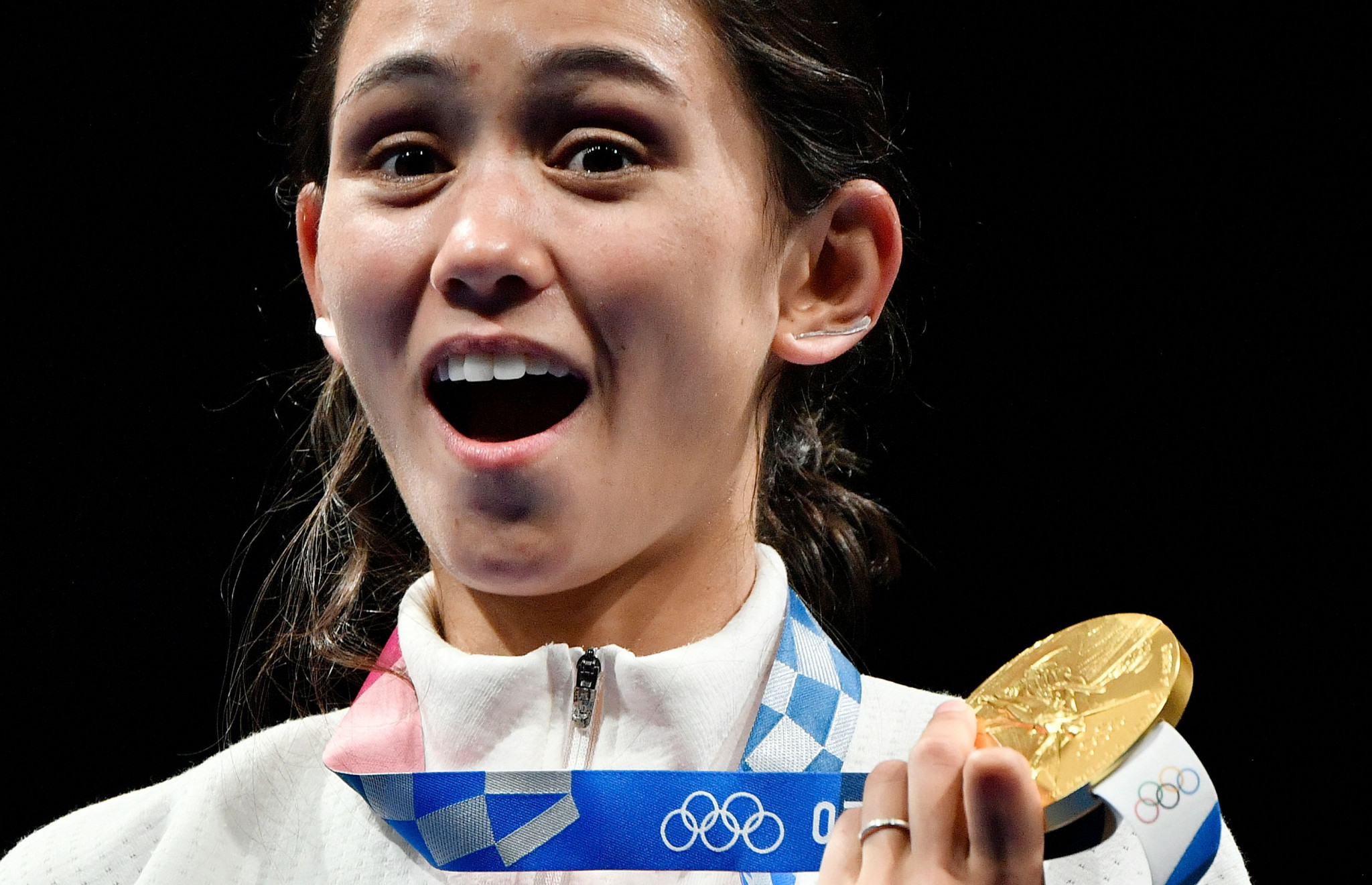 Kiefer beats defending champion to win women's Olympic individual foil title