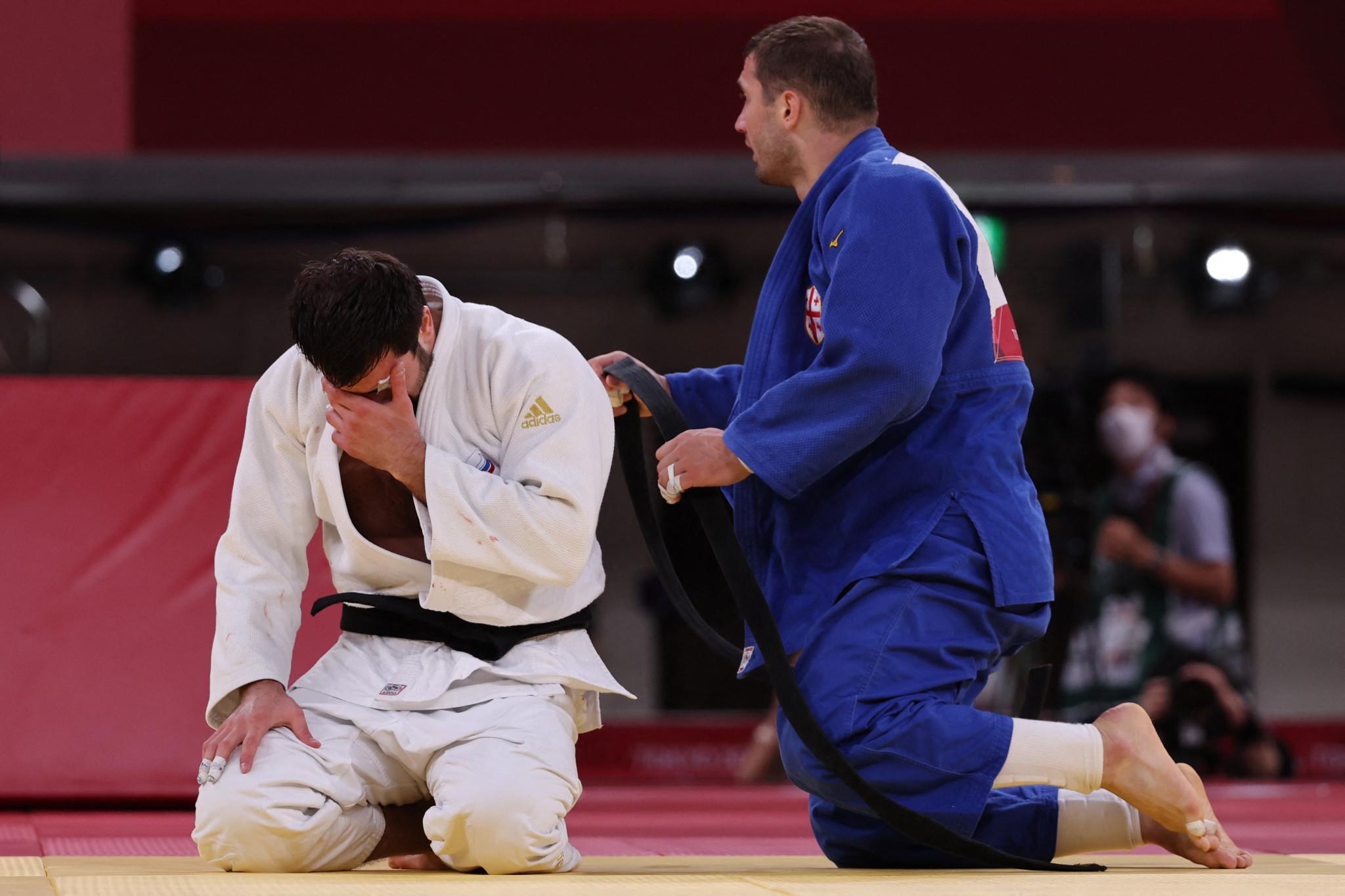 Niiaz Iliasov broke down in tears after beating Varlam Liparteliani in the bronze medal bout ©Getty Images