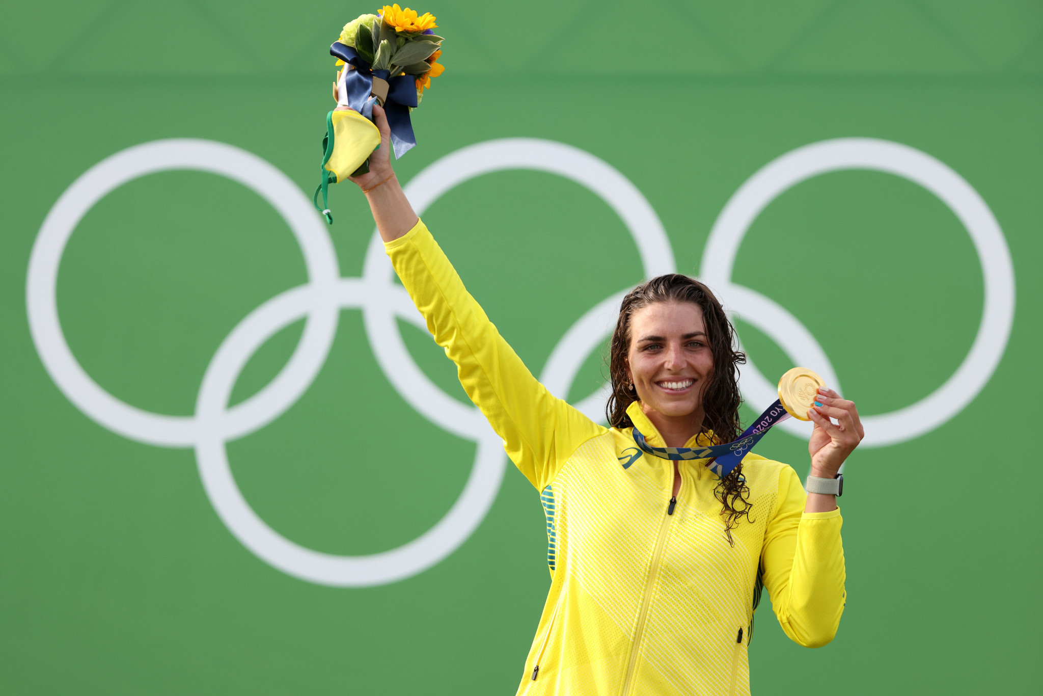 Jess Fox celebrates her gold medal on the podium ©Getty Images