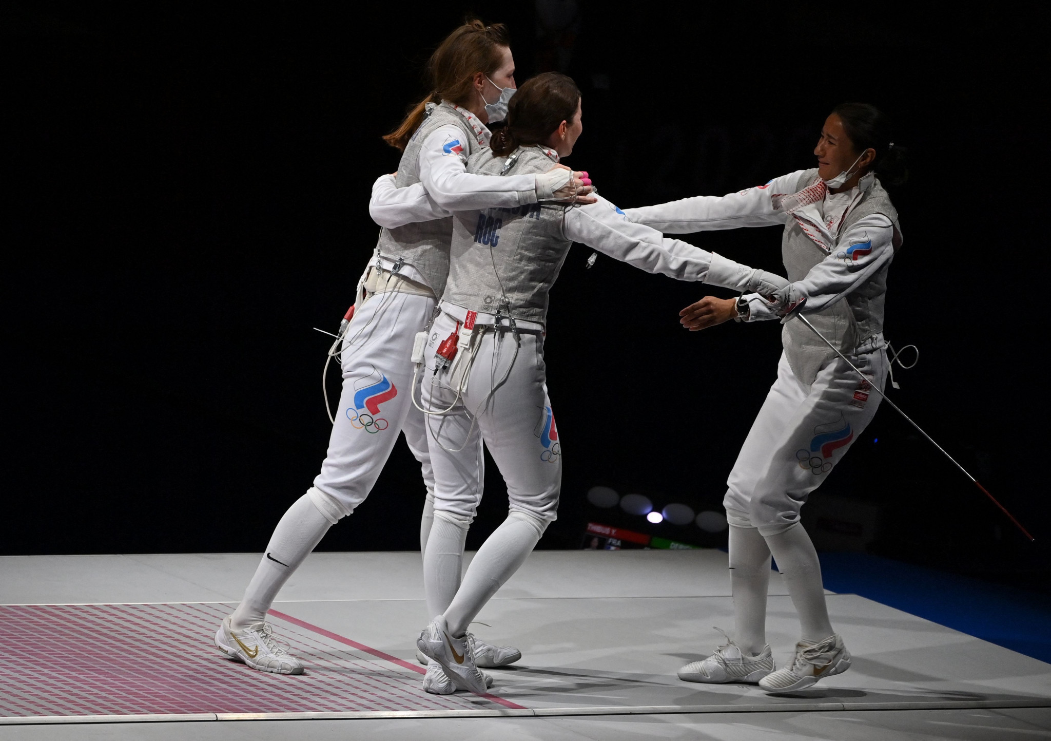The team celebrate after Inna Deriglazova's performance in her final bout secured the Olympic gold medal ©Getty Images