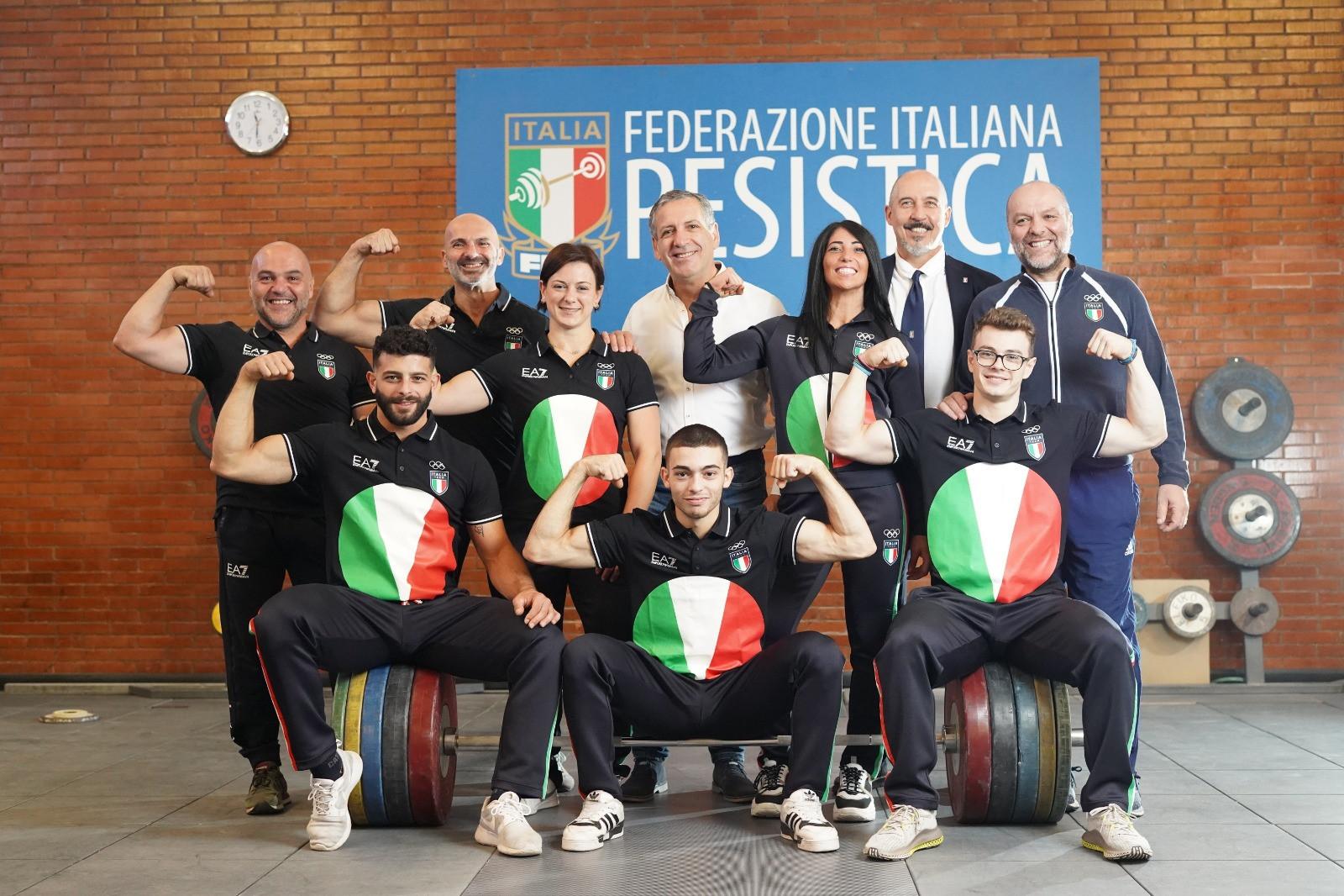Antonio Urso, Presidente della Federazione Italiana Pesistica con la Squadra Italiana Pesistica per Tokyo 2020, Center Pack.  © Facebook / FIPE